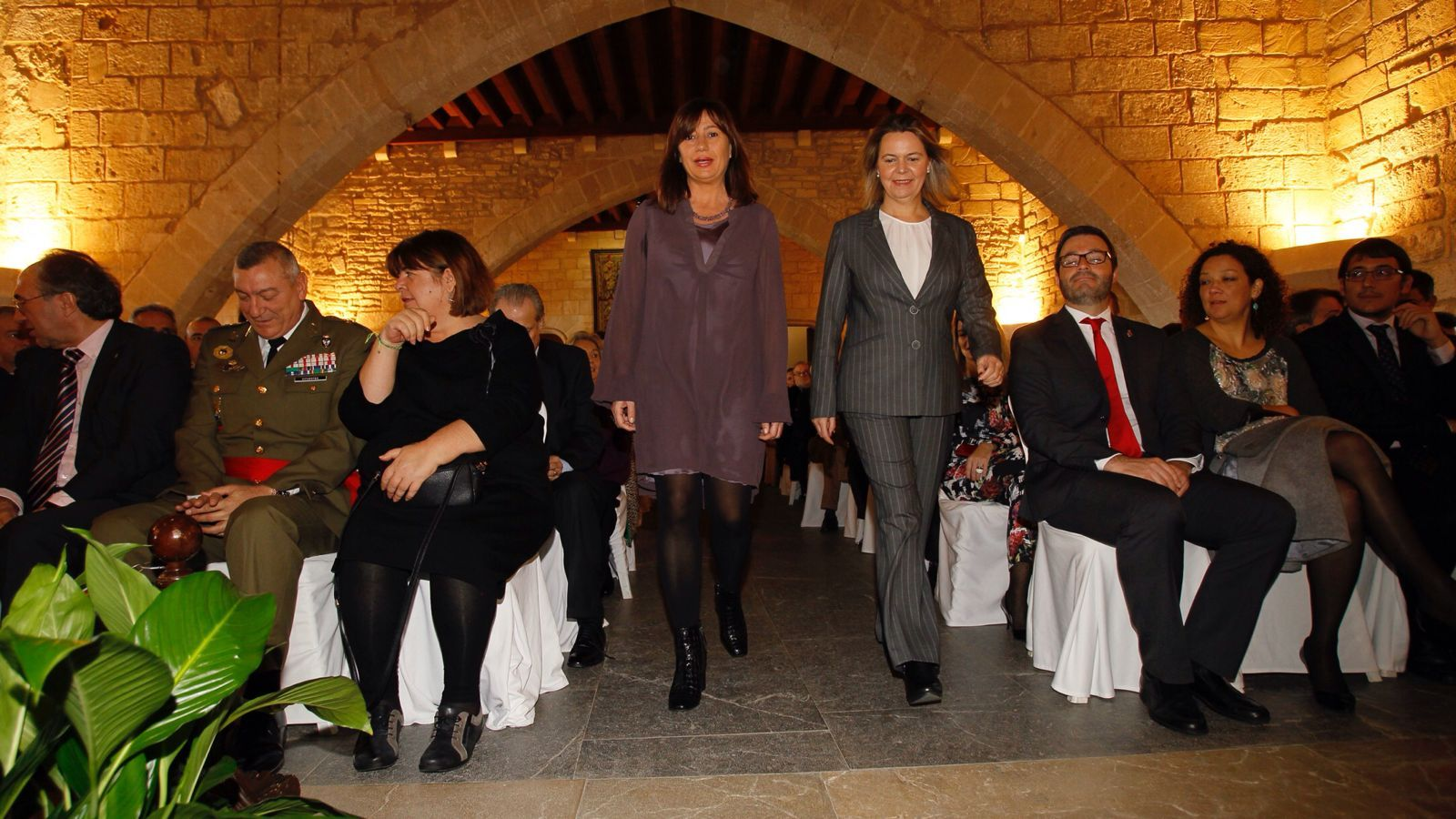 La presidenta, Francina Armengol, i la delegada del Govern, Maria Salom, en l'acte pel Dia de la Constitució.