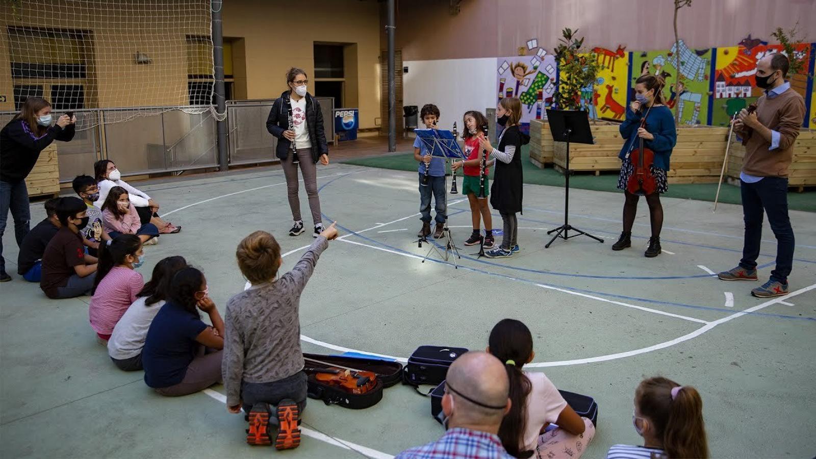 Tocar un instrument en horari lectiu com a eina per relacionar-se amb la comunitat