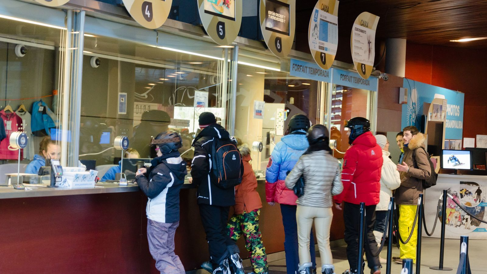 Esquiadors fan cua a les taquilles de Soldeu, aquest hivern. / D.R.