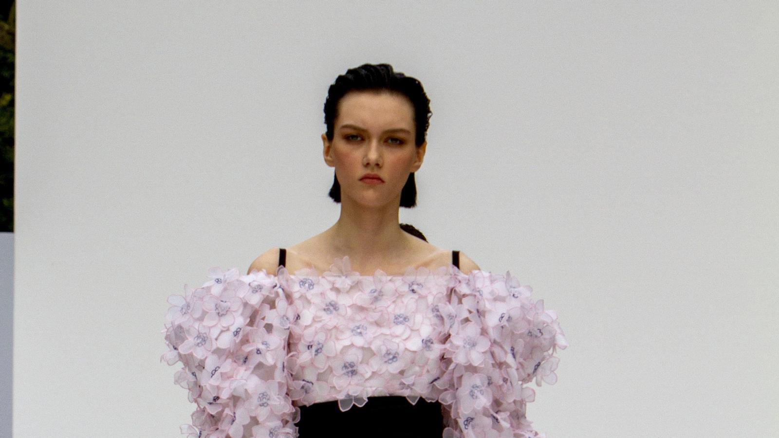 A la desfilada de Carolina Herrera es van poder veure peces amb molta inspiració floral.