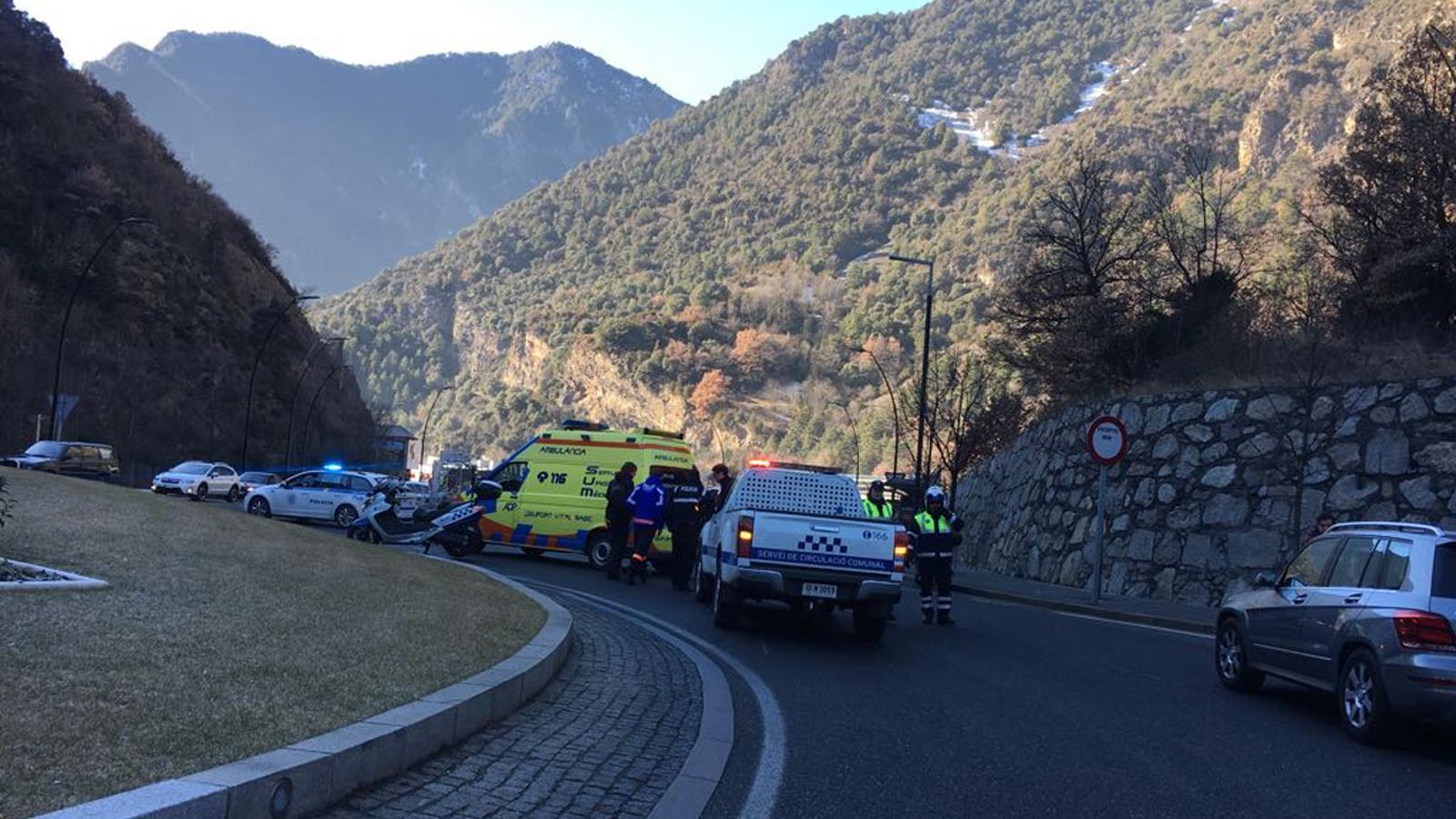El Servei Mèdic Urgent atenent el motorista accidentat a la Margineda. / ANA