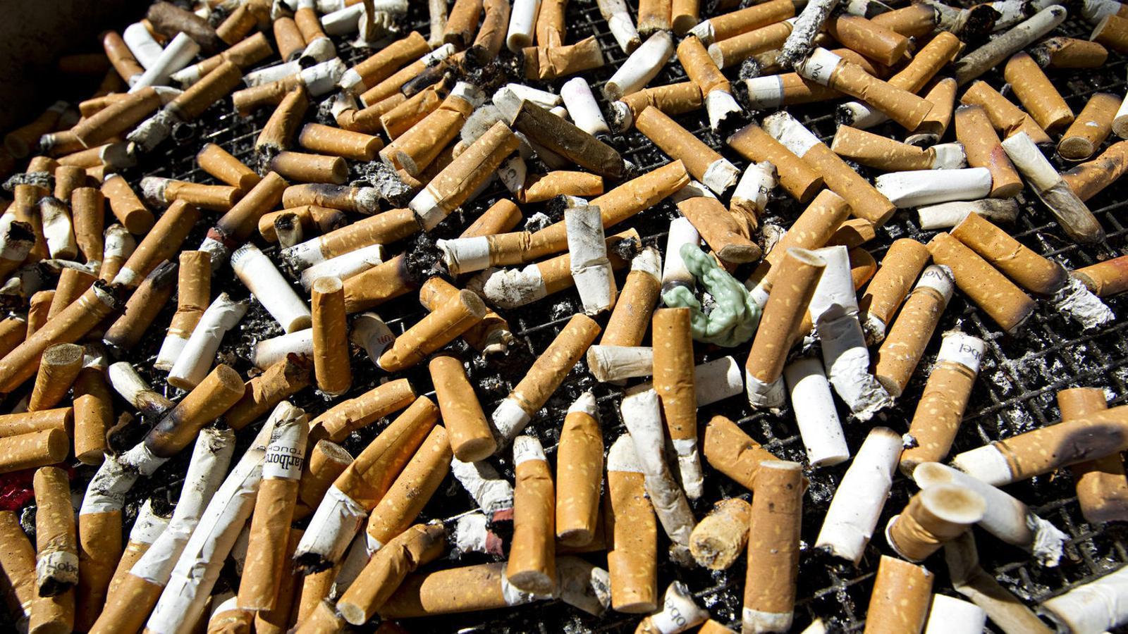 Burilles de tabac en una imatge d'arxiu