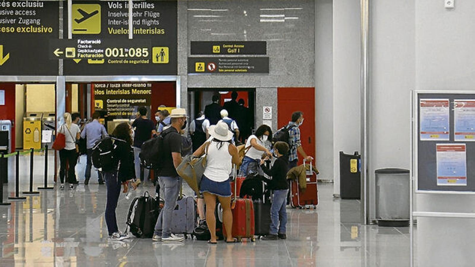 Turistes a l'aeroport de Son Sant Joan