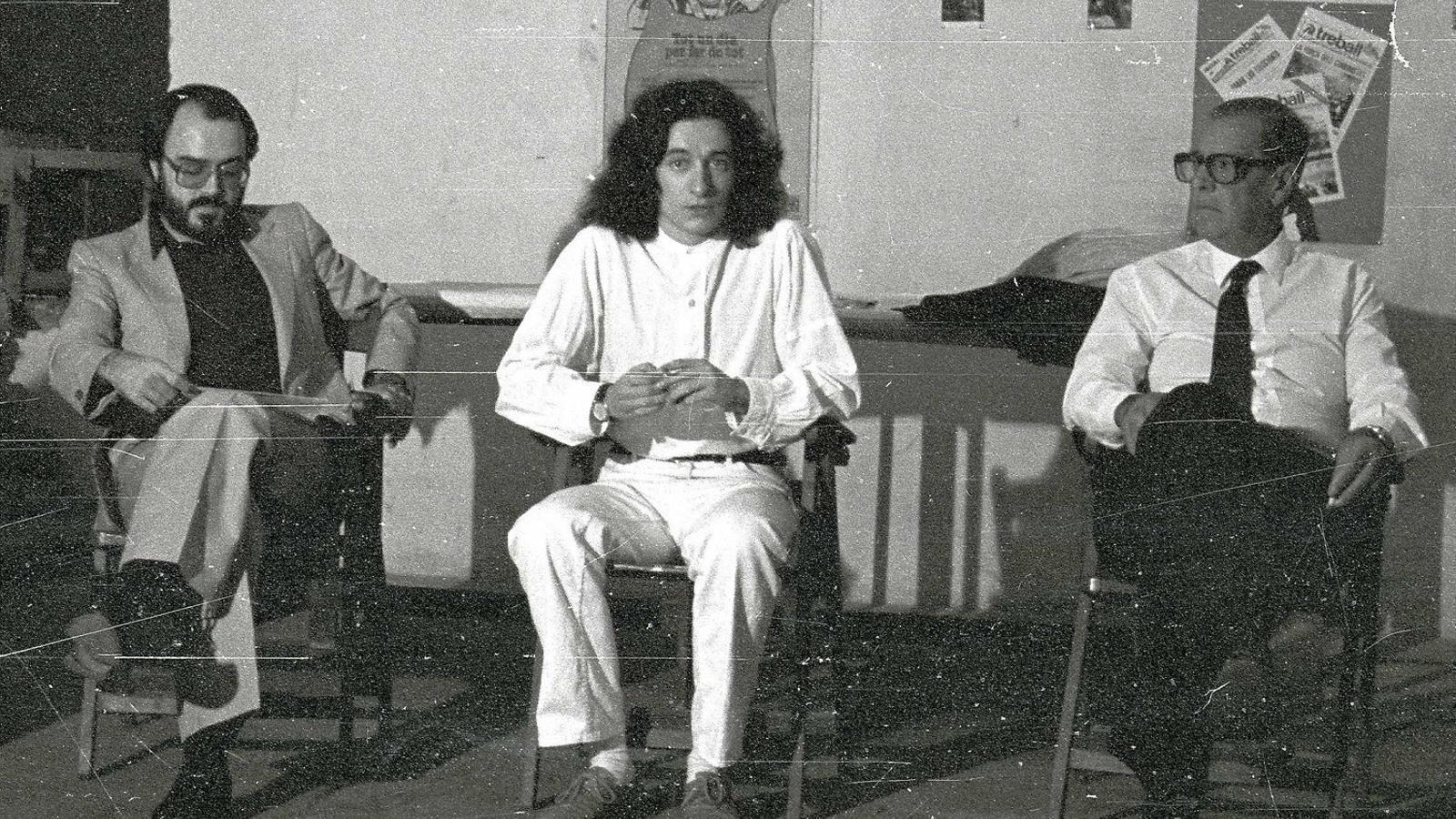 Fotografia del 1982 on apareixen Matias Vives, diputat al Parlament, Andreu Mayayo, que va ser alcalde de Montblanc i biògraf de Solé, i Josep Solé Barberà.