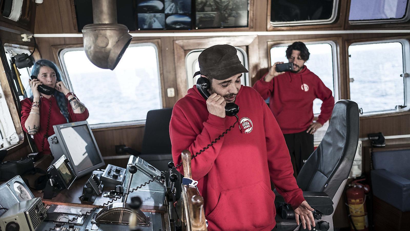 El capità, Marc Reig, i la cap de la missió, Anabel Montes, parlant per telèfon al pont de comandament.