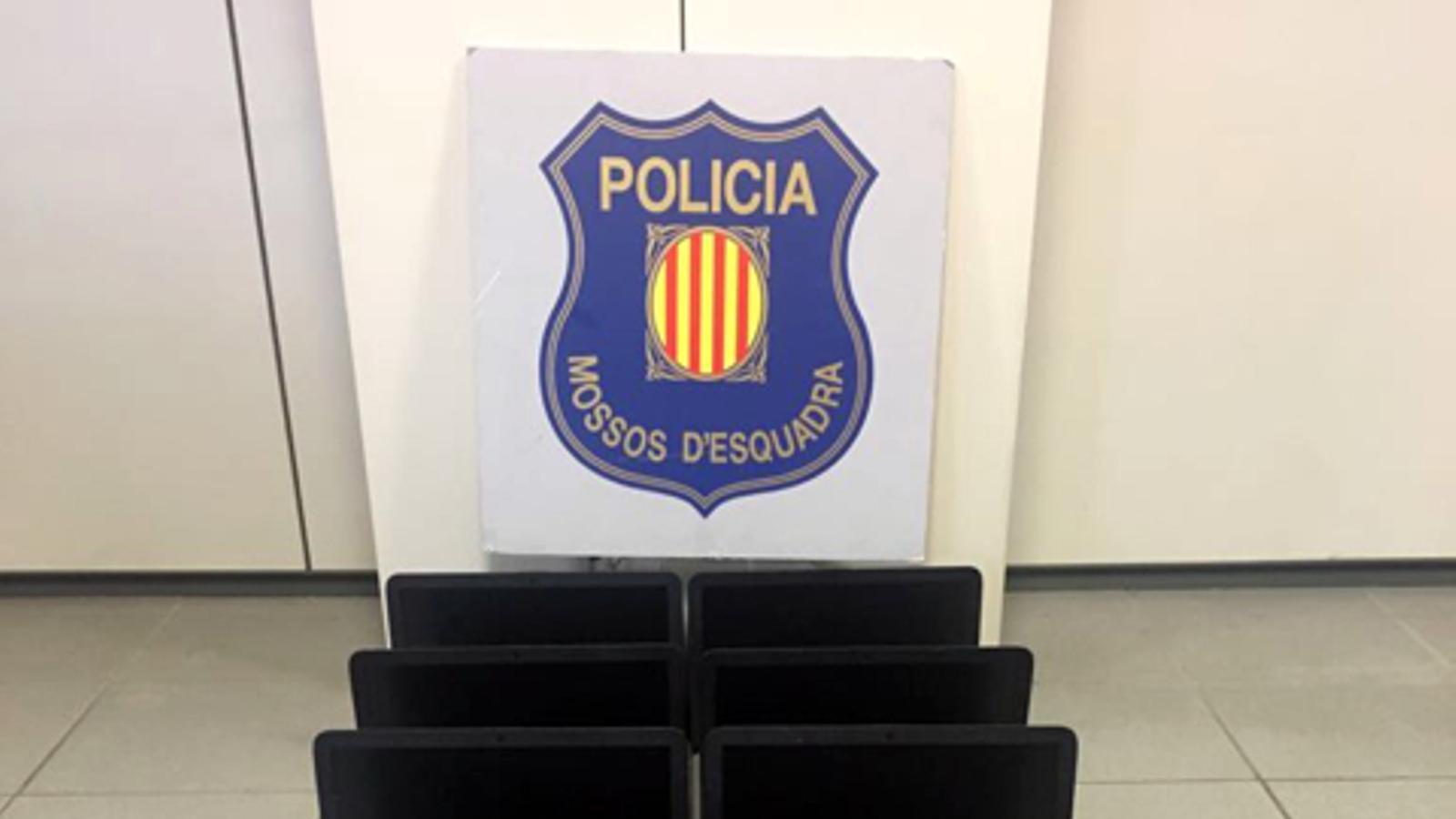 Els 18 portàtils  de l'institut de Sant Celoni recuperats pels Mossos d'Esquadra.