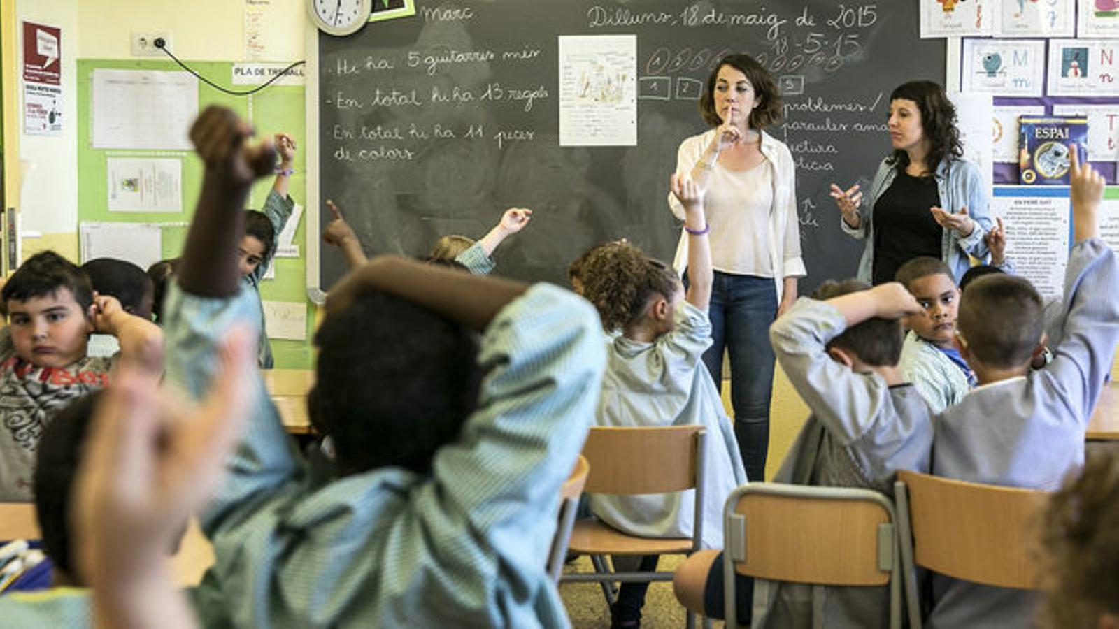Imatge d'arxiu d'una professora que imparteix classe