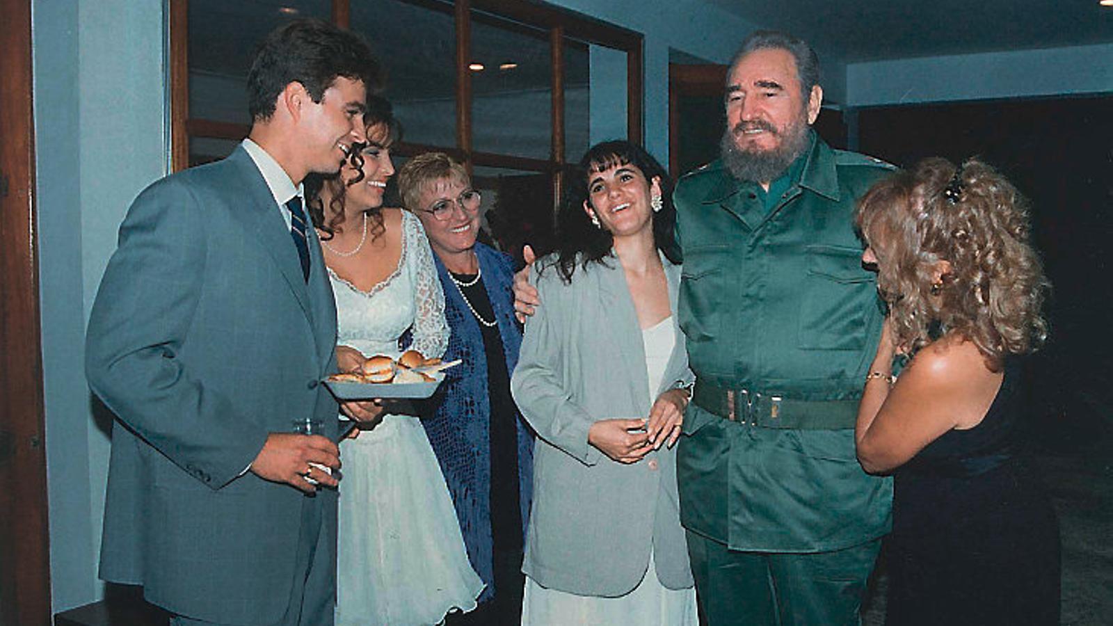 Fotografia del dia que Idalmis Menéndez, exnora de Fidel Castro, va conèixer en persona el líder cubà