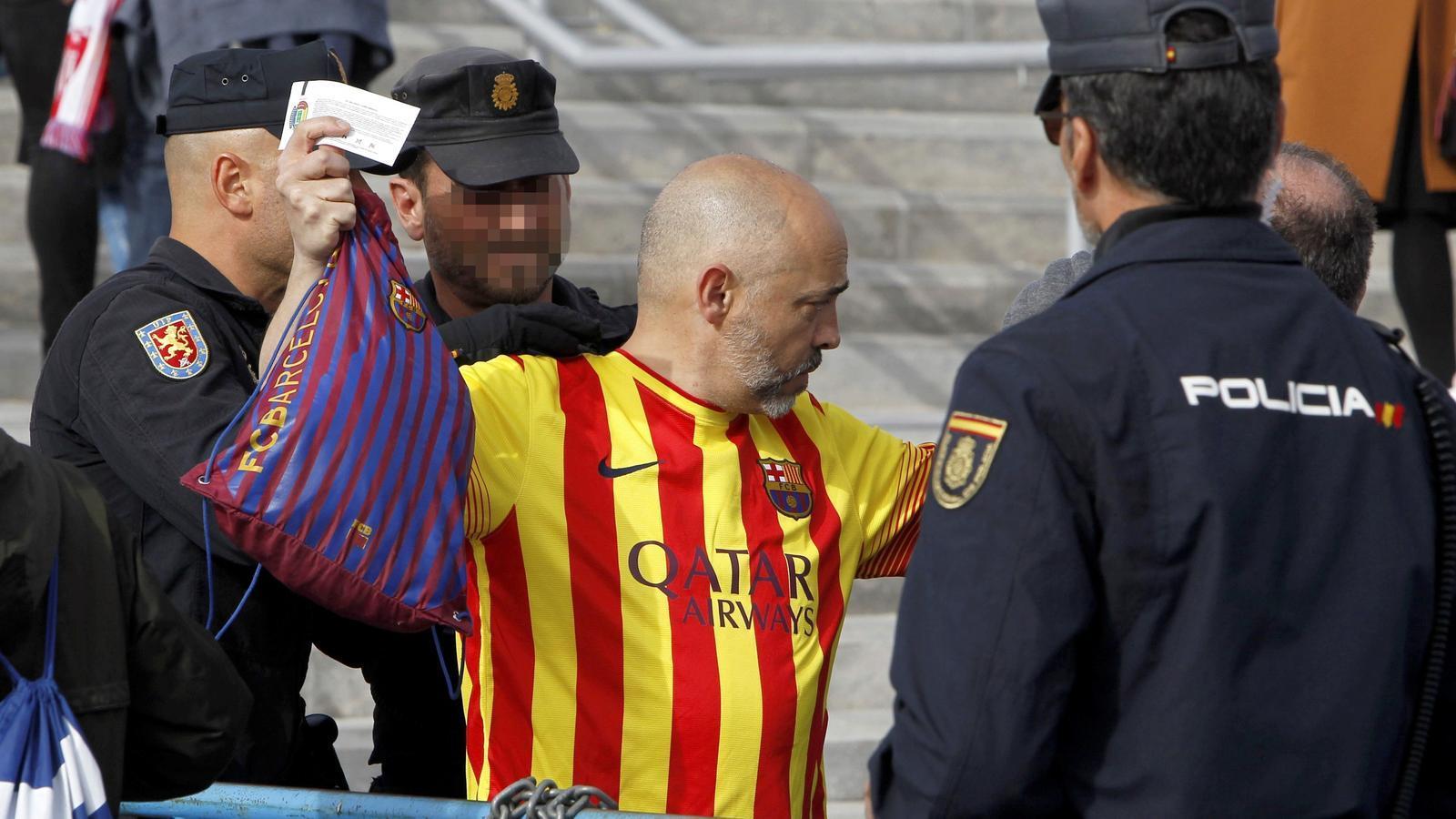 La policia escorcolla un aficionat del Barça a l'entrada del Wanda Metropolitano