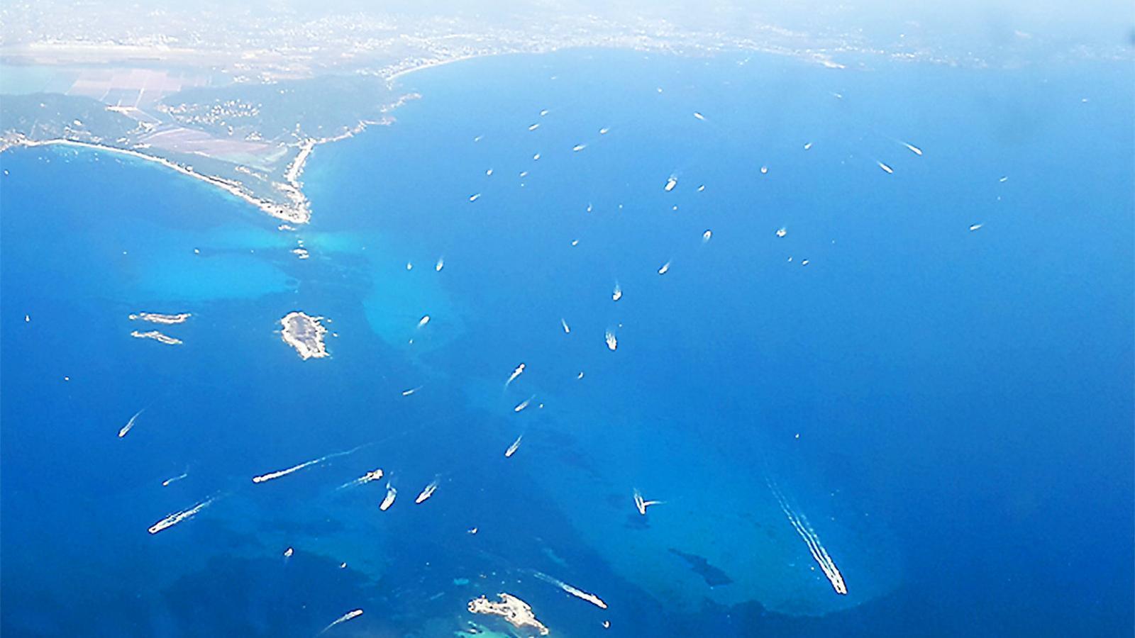 Imatge aèria de la zona del Freu, entre l'illa de Formentera i Eivissa, que forma part del Parc Natural de ses Salines.