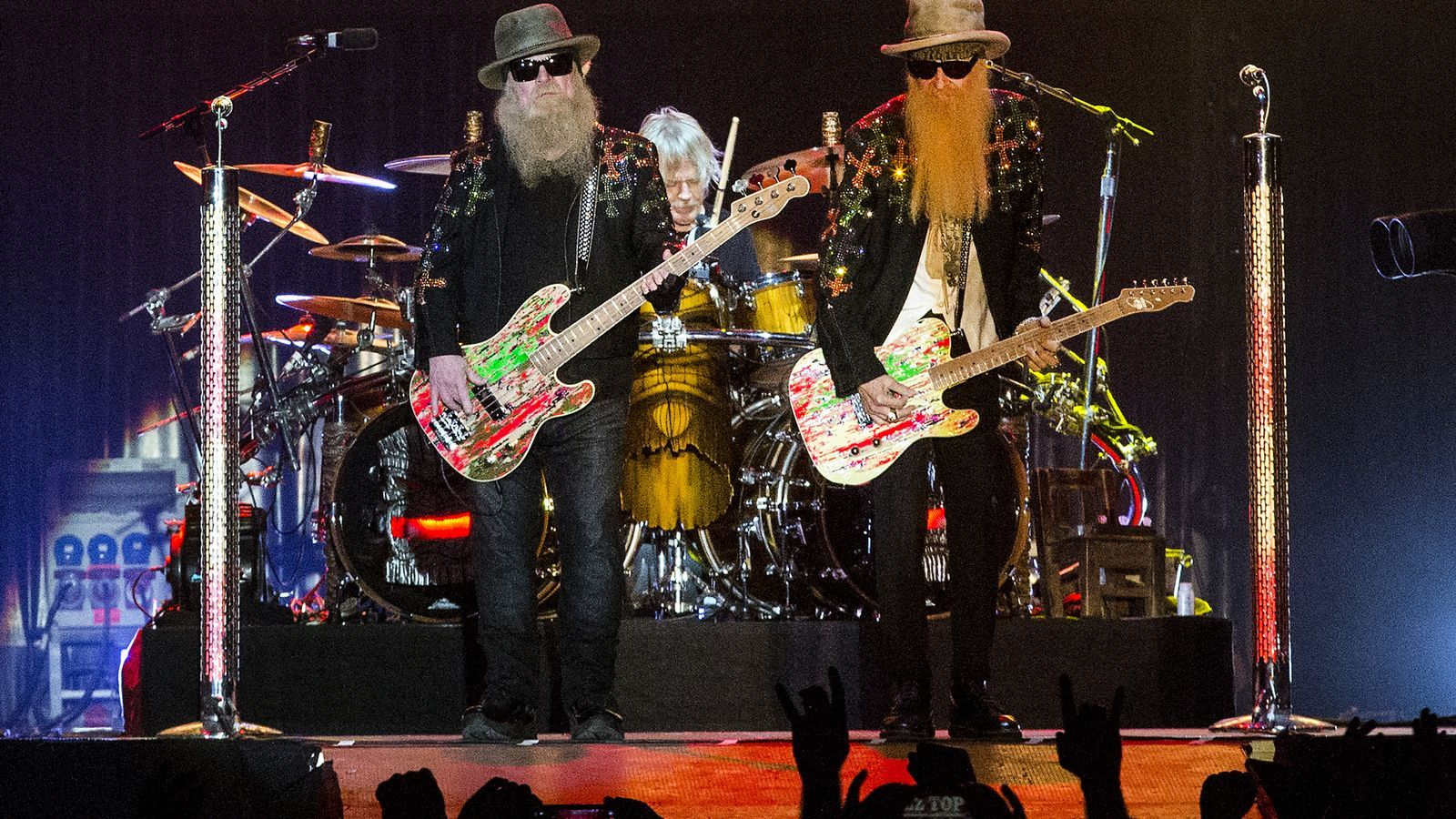 Dusty Hill i Billy Gibbons, i al fons el bateria Frank Beard, membres de ZZ Top des  de 1969.
