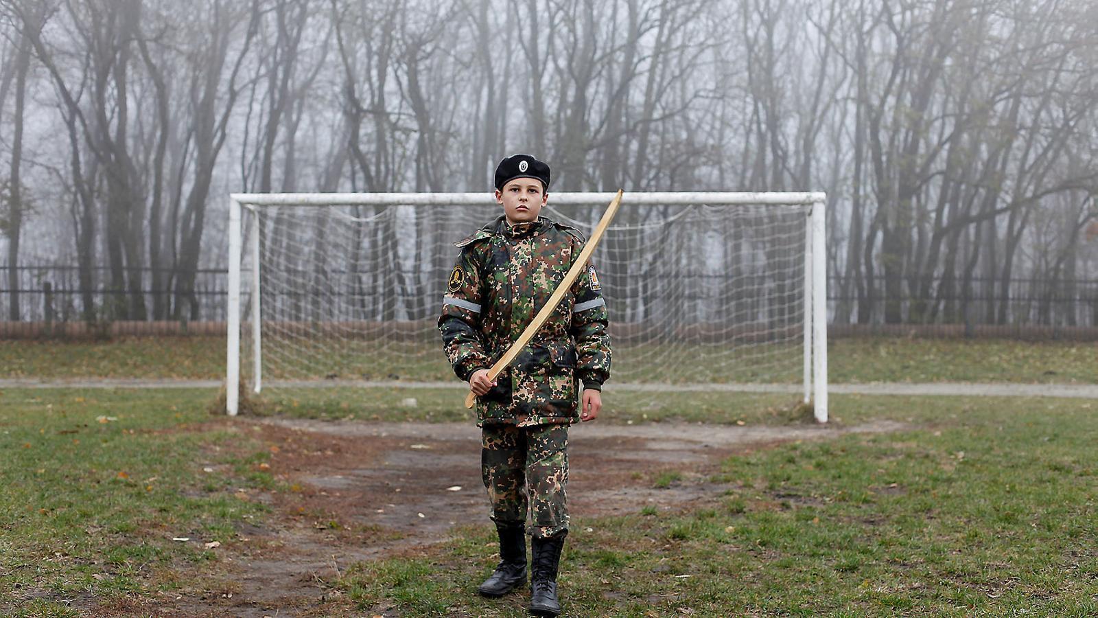 Un cadet sosté un model d'espasa davant d'una porteria de futbol mentre efectua els seus exercicis militars a l'estadi de l'Escola General del Cadet de Ièrmolov, a Stàvropol, Rússia, el novembre passat