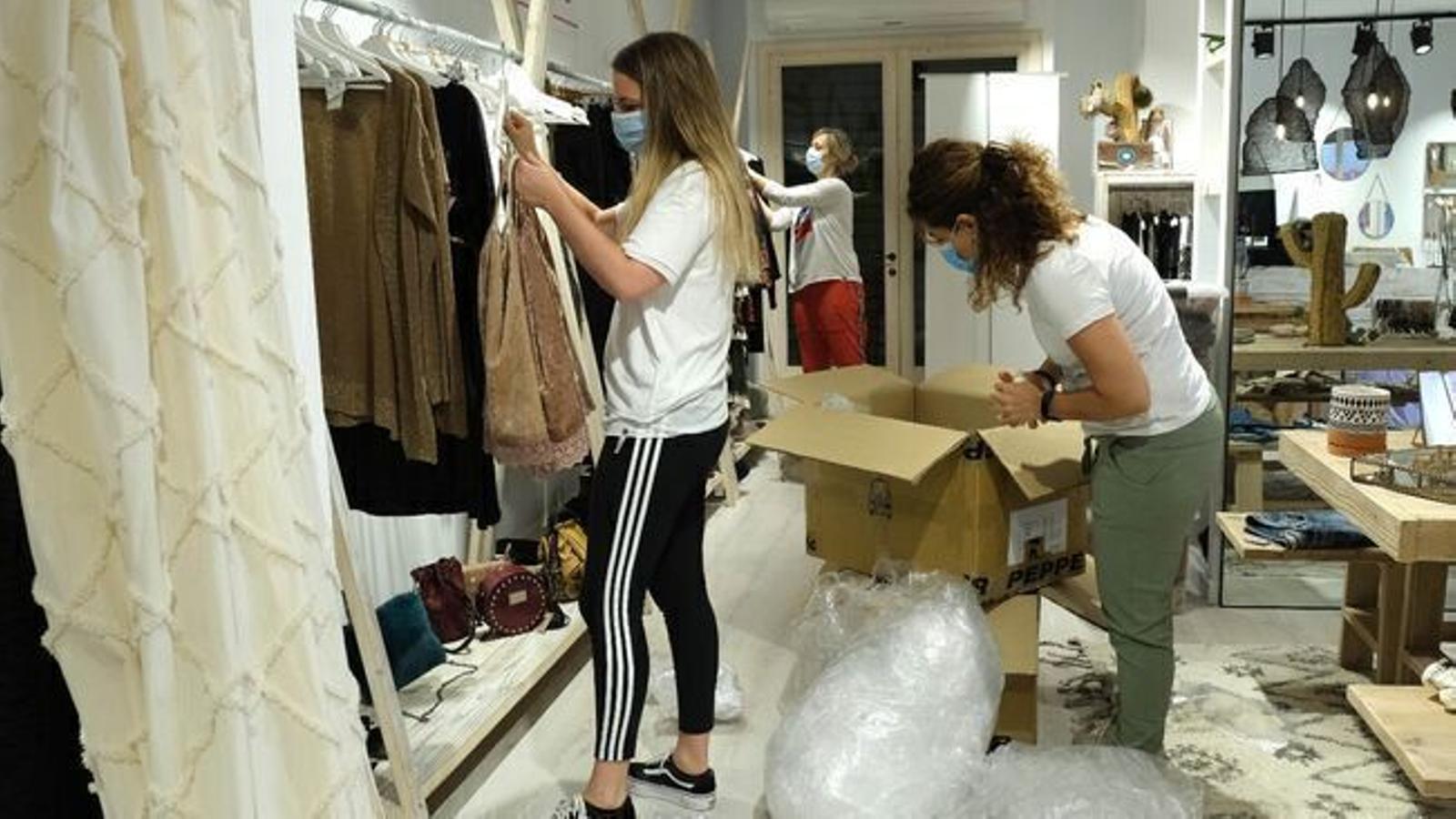 Treballadores en una botiga de roba.