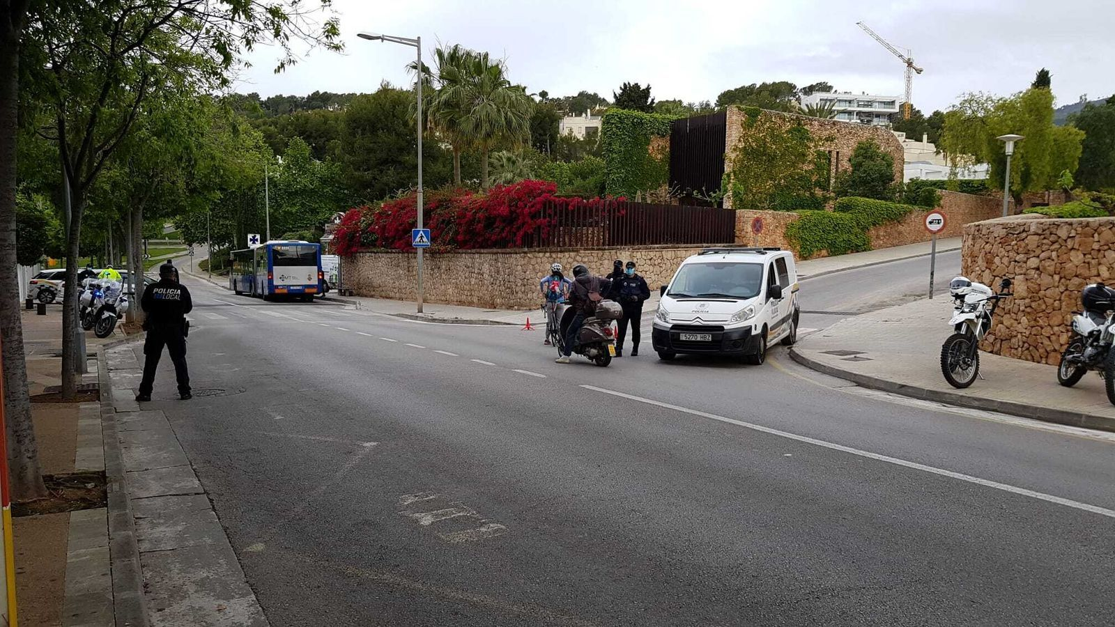 La Policia Local de Calvià durant un control./ AJUNTAMENT DE CALVIÀ