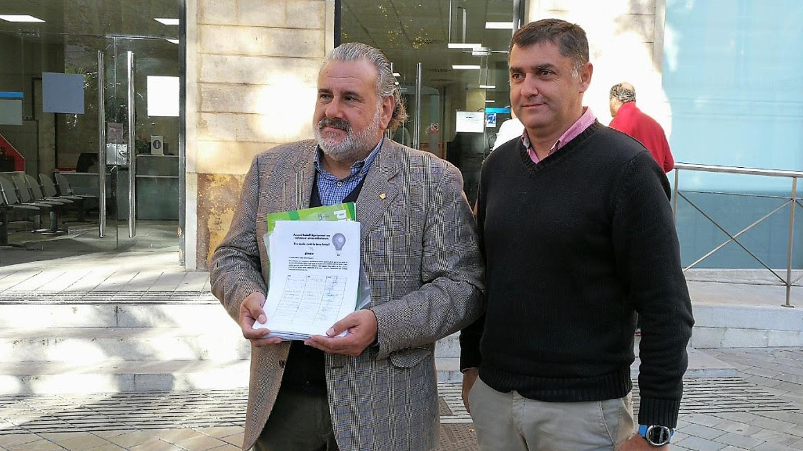 Bernat Coll i Bernat Busquets entregant les signatures