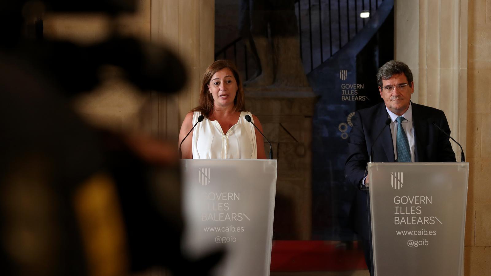 La presidenta del Govern, Francina Armengol, i el ministre d'Inclusió, Seguretat Social i Migracions, José Luis Escrivà, en el Consolat de Mar