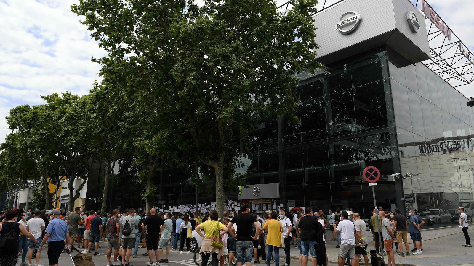 Protestes davant d'un concessionari Nissan de Barcelona