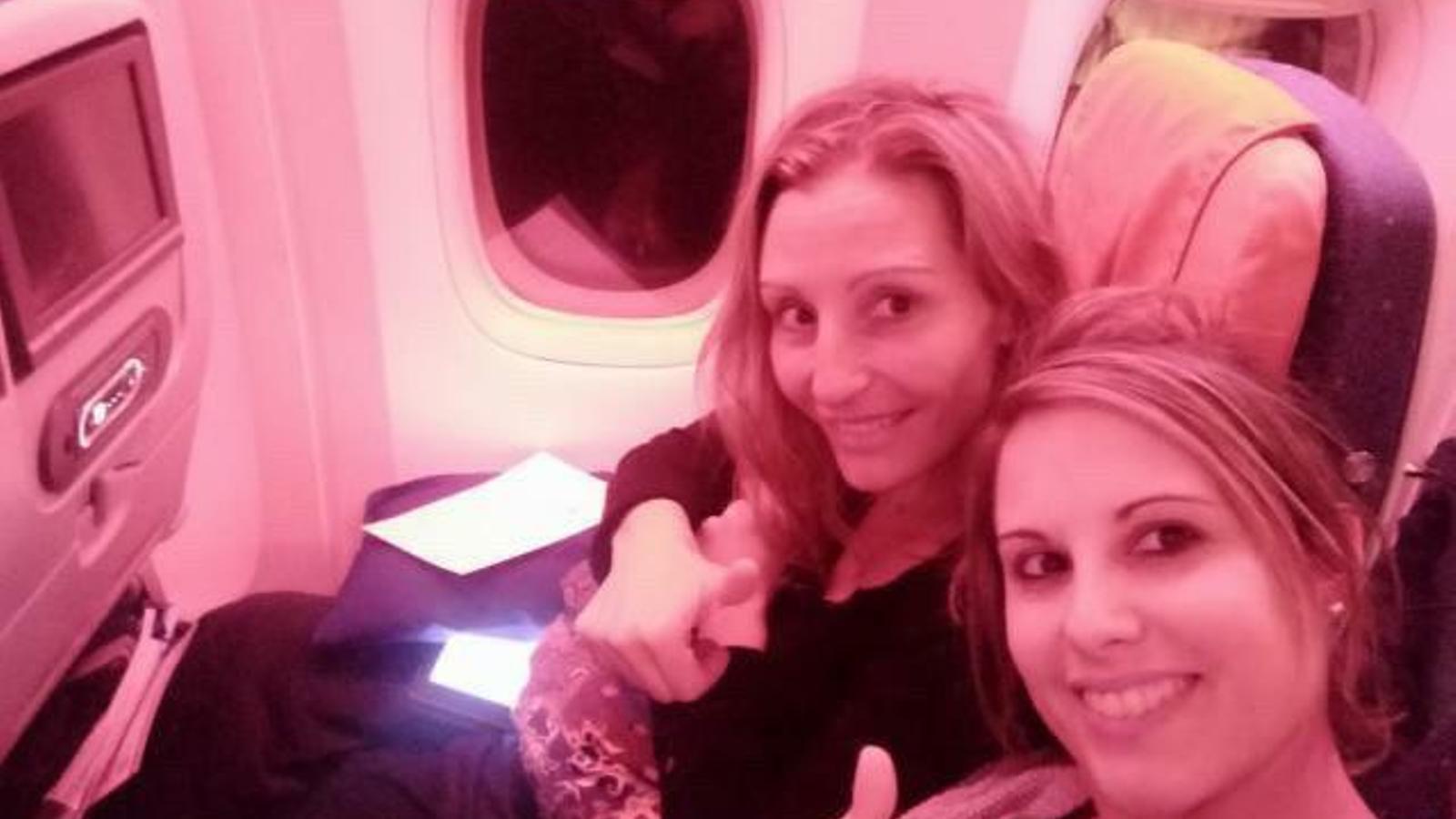 La Mireia i l'Alicia, en una imatge en un dels vols. / ARA Andorra