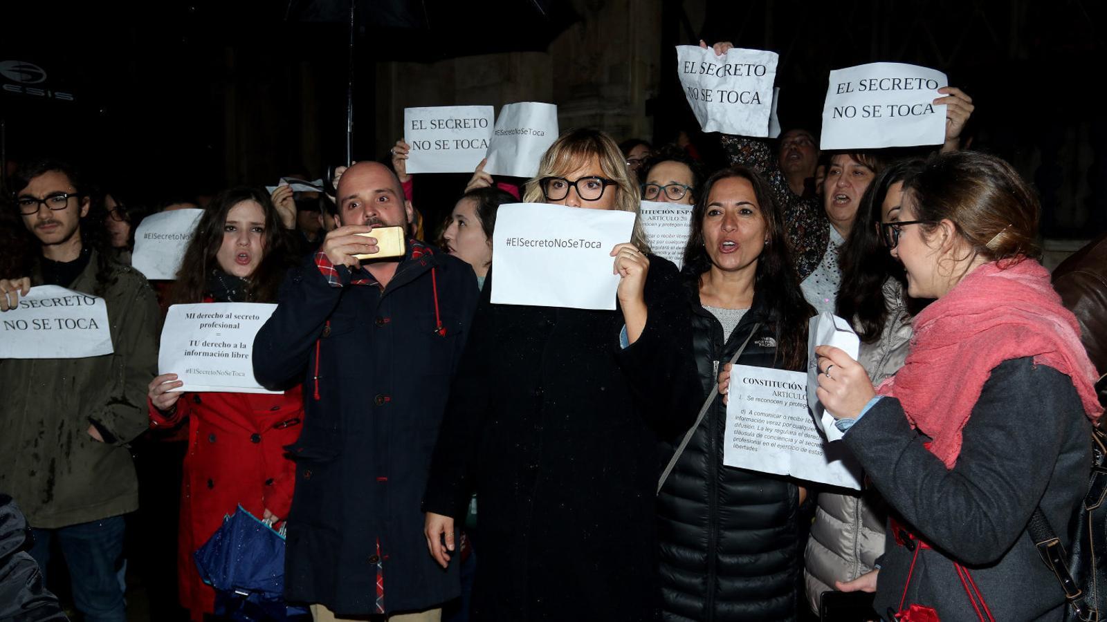 Allau de crítiques per la confiscació de mòbils de periodistes