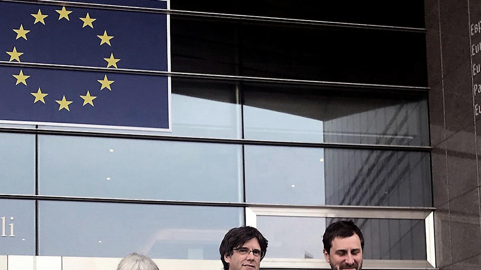 Els eurodiputats Clara Ponsatí, Carles Puigdemont i Toni Comín a Waterloo.