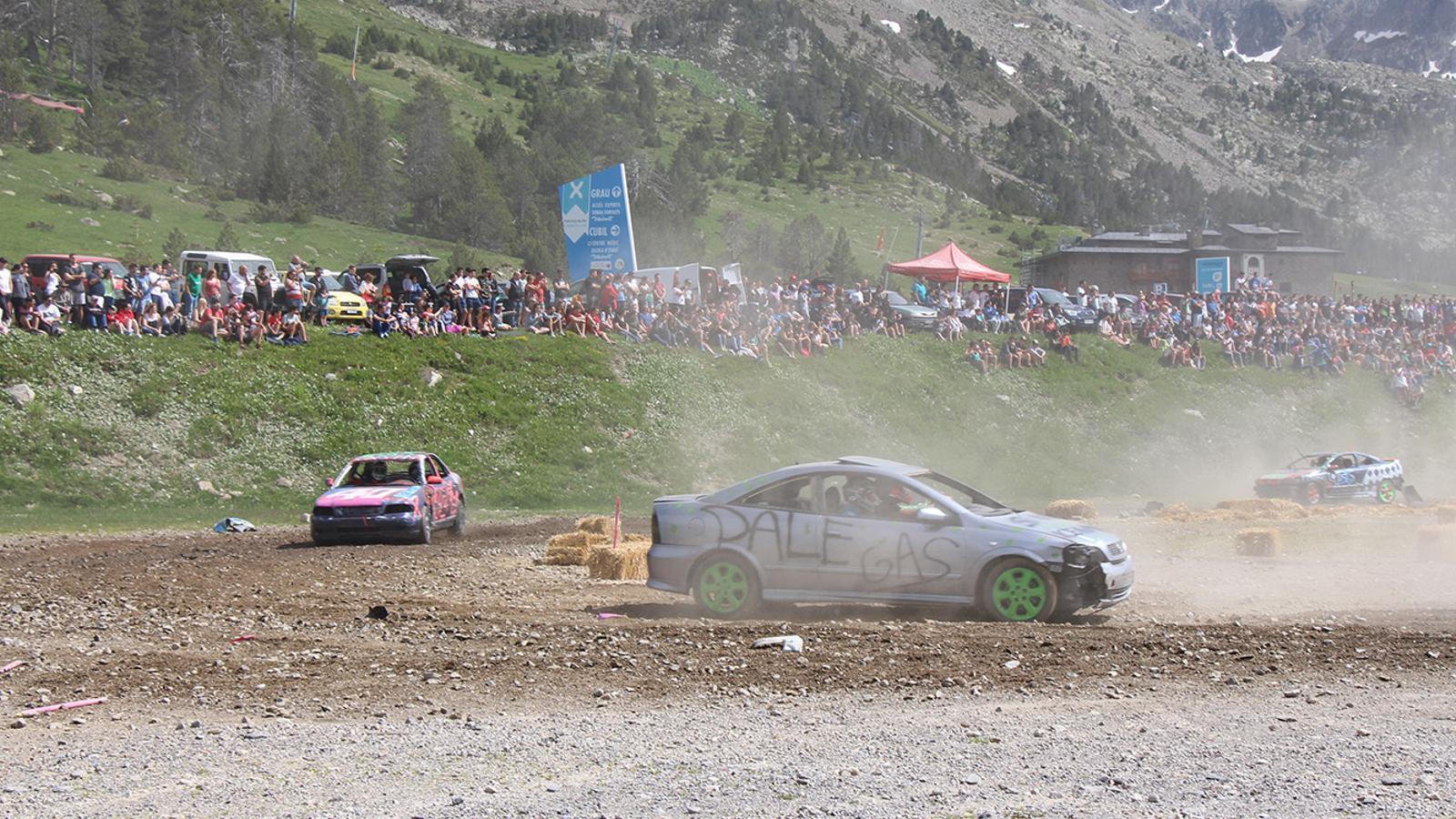Els vehicles durant la cursa Crash Car. / T. N. (ANA)