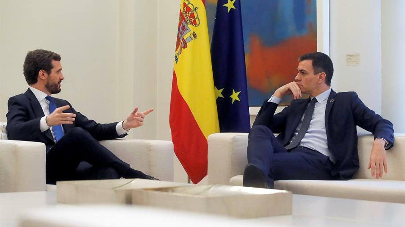 El president del govern espanyol, Pedro Sánchez, amb el líder del PP, Pablo Casado, a la Moncloa.