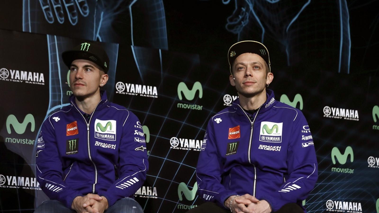 Maverick Viñales i Valentino Rossi, durant la presentació