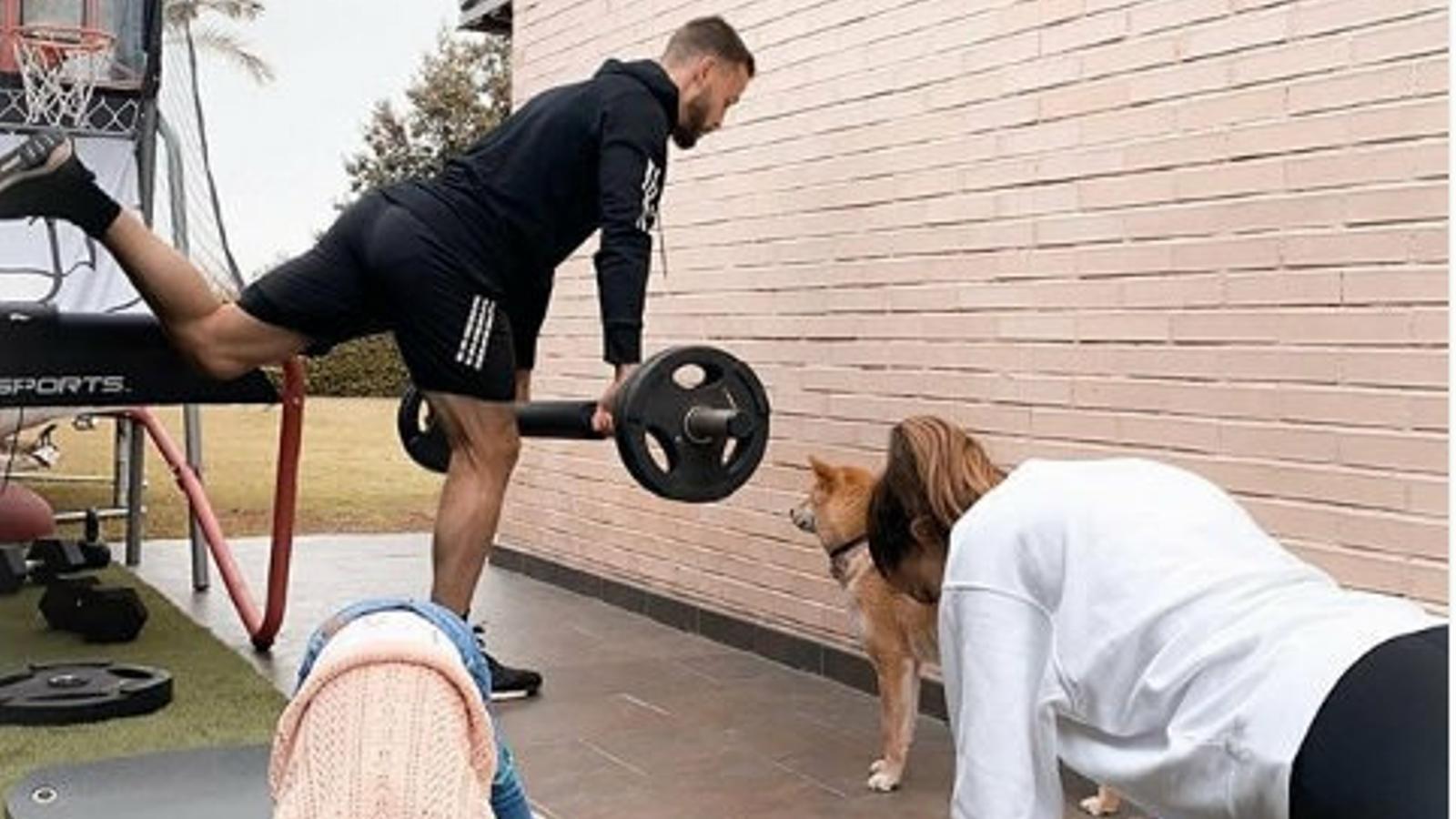 Sergio Canales, futbolista del Betis, exercitant-se a casa acompanyat per la seva família.