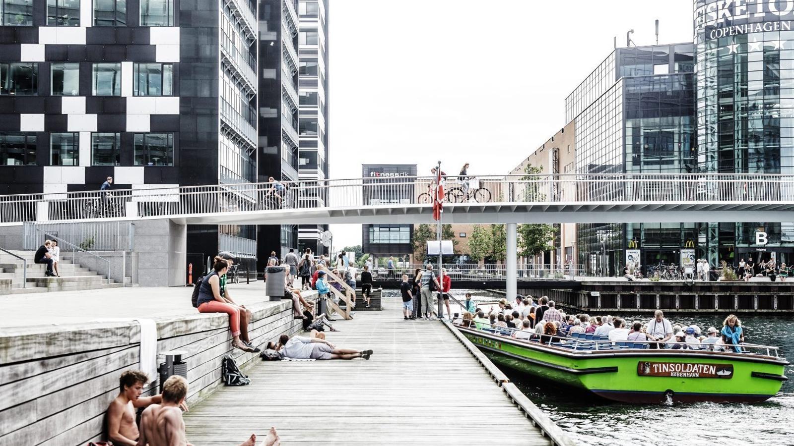 Copenhaguen va inaugurar  fa dos anys  una nova passarel·la exclusiva per a bicicletes que sobrevola un canal del port  i que connecta amb edificis comercials, d'oficines i d'habitatges que s'han construït a  les dues ribes. / RASMUS HJORTSHOJ
