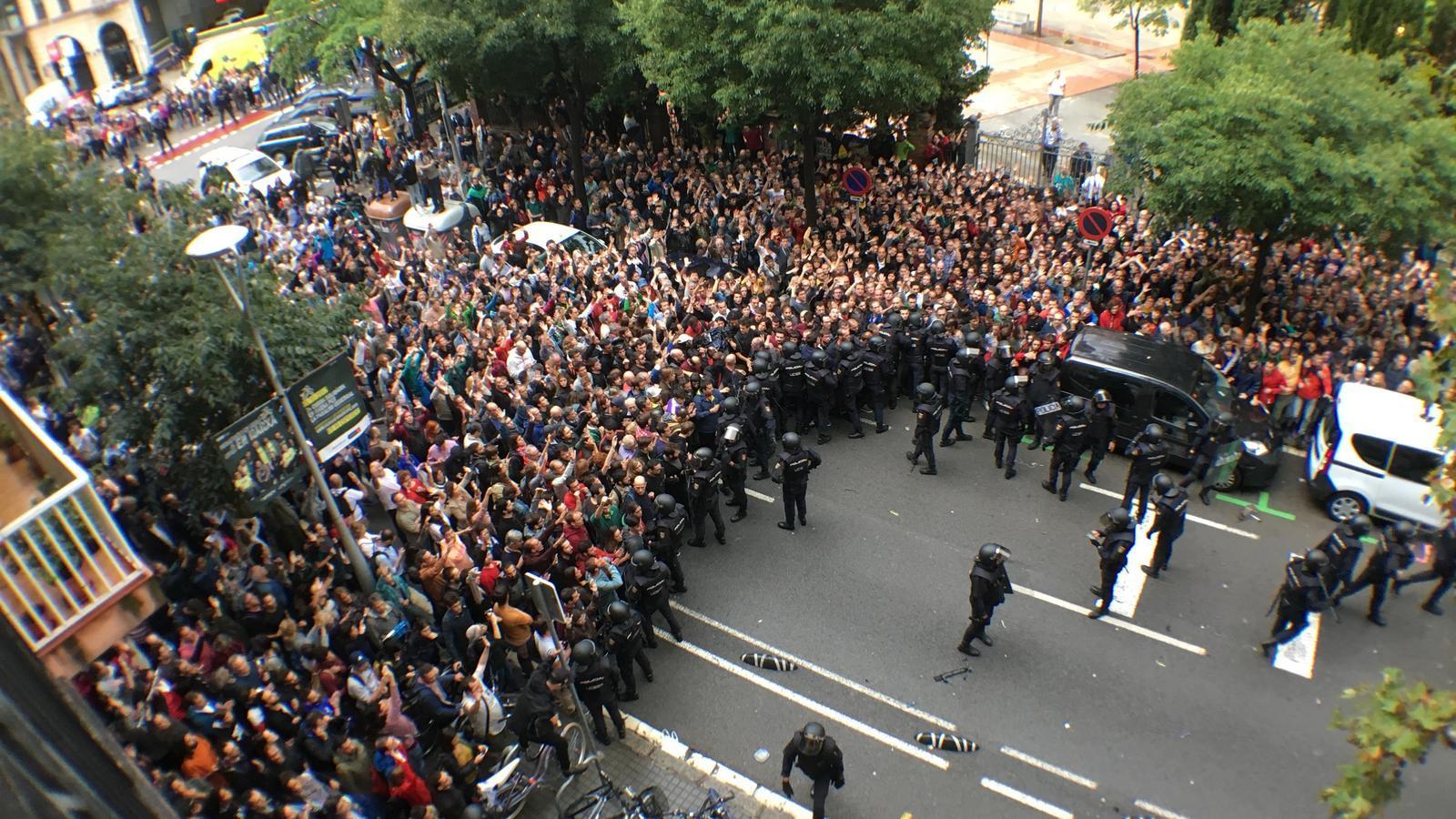 Així ha sigut el setge a l'Escola Ramon Llull: resistència pacífica que no es rendeix ni perdent