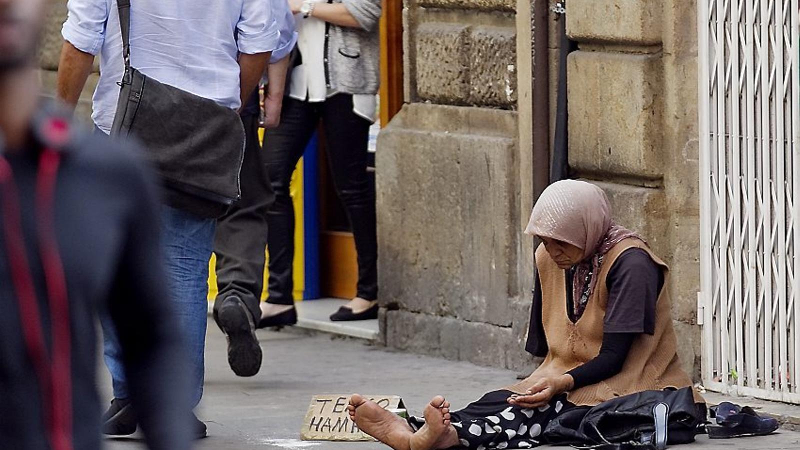 Les dones, discriminades també davant la pobresa