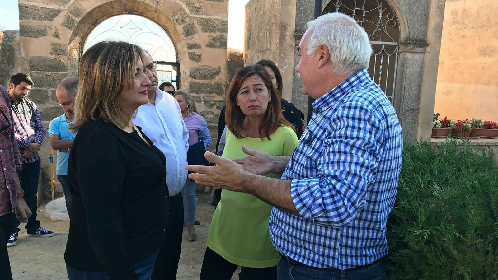 L'exconsellera Fanny Tur i la presidenta del Govern, Francina Armengol, escolten les explicacions de l'investigador Manel Suárez a la fossa de Calvià.