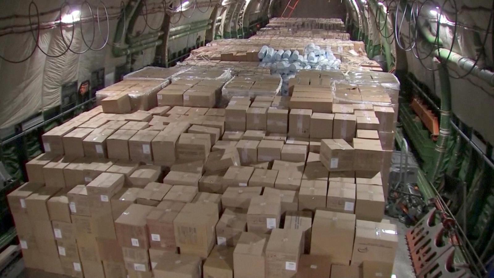 Material sanitari, que inclou mascaretes, en un avió rus arribat als Estats Units.