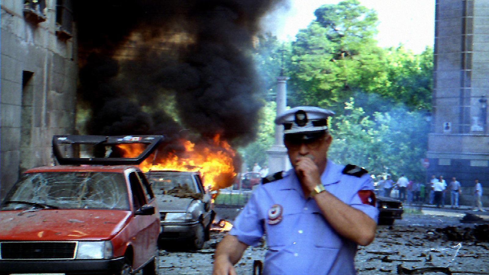 Imatge d'un cotxe en flames després de l'esclat d'una bomba d'ETA el 29 de juliol del 1994 a Madrid.