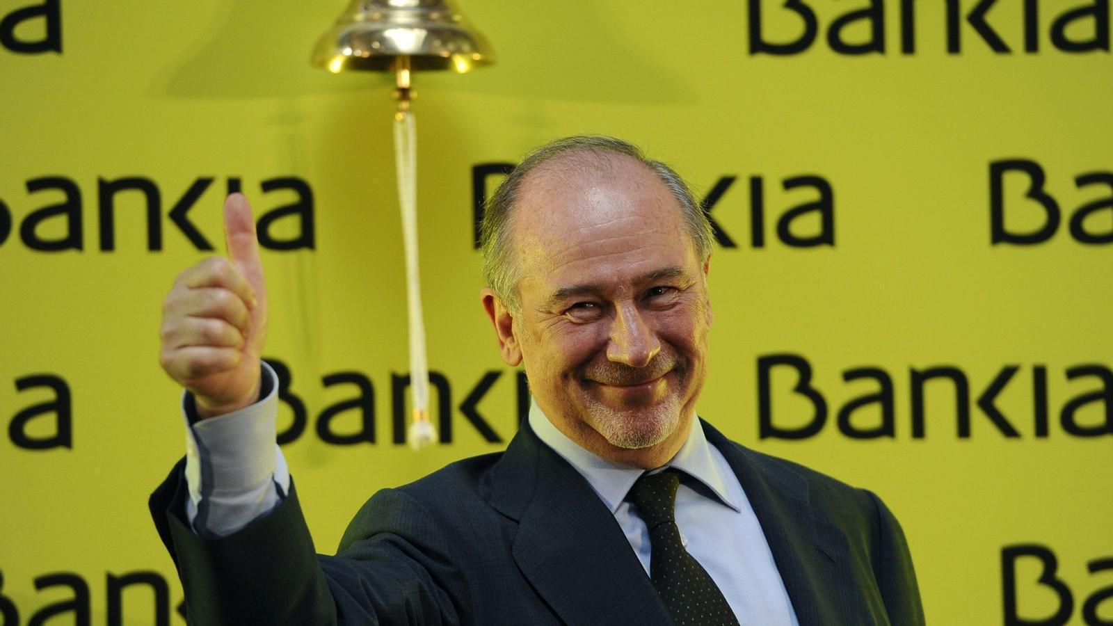 L'INICI D'UN CALVARI QUE JA DURA 18 MESOS  Rodrigo Rato somriu el dia de la sortida de Bankia, el 20 de juliol del 2011. El president va dimitir al cap de 10 mesos i ara ja fa dos dies que assessora Telefónica.