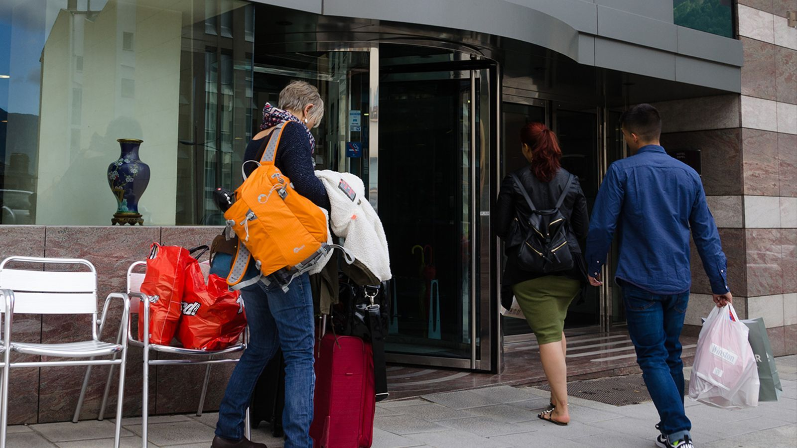 Tres turistes es disposen a entrar a un hotel d'Andorra. / ARXIU