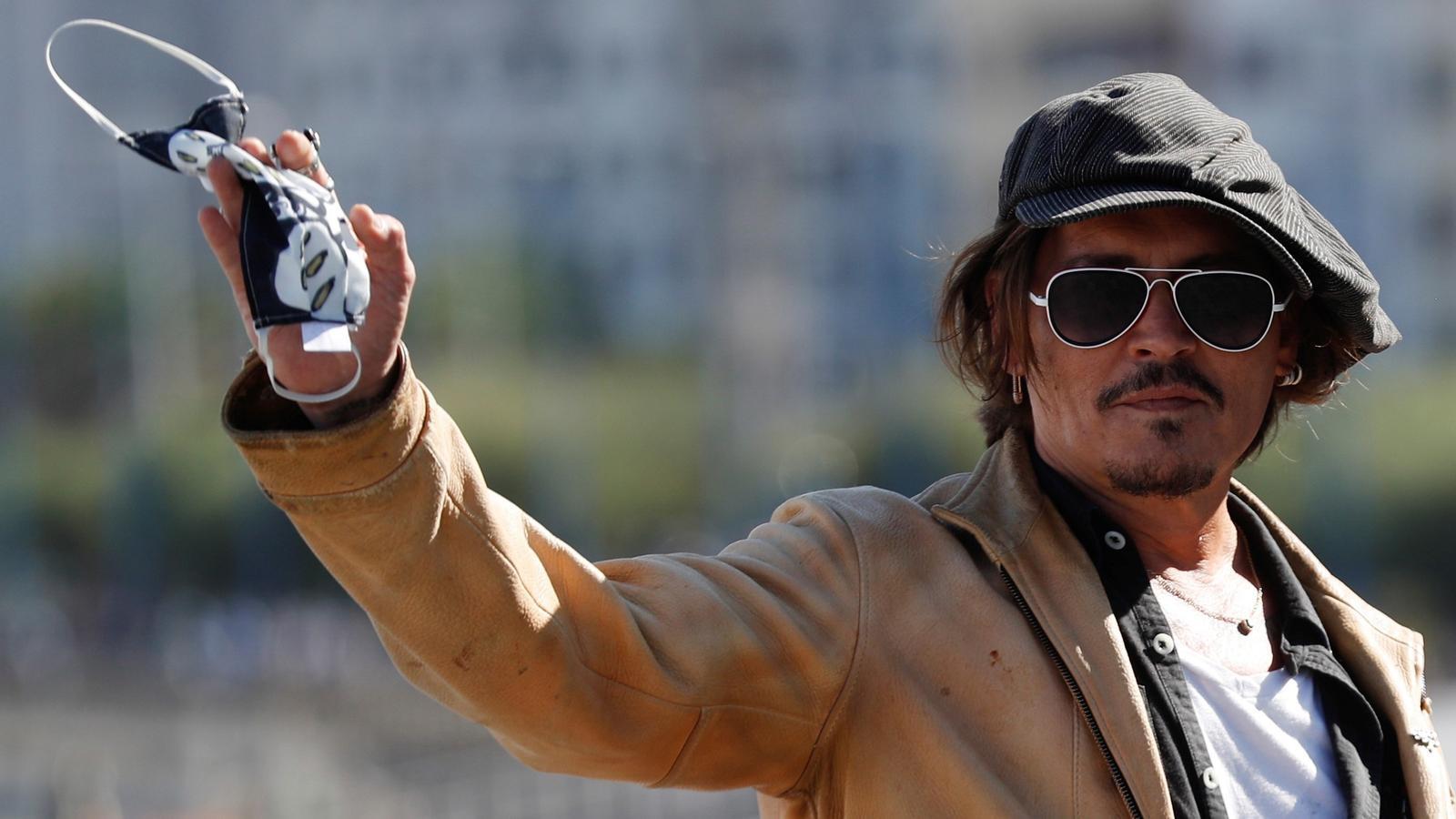 Johnny Depp saludant els fotògrafs a Sant Sebastià.