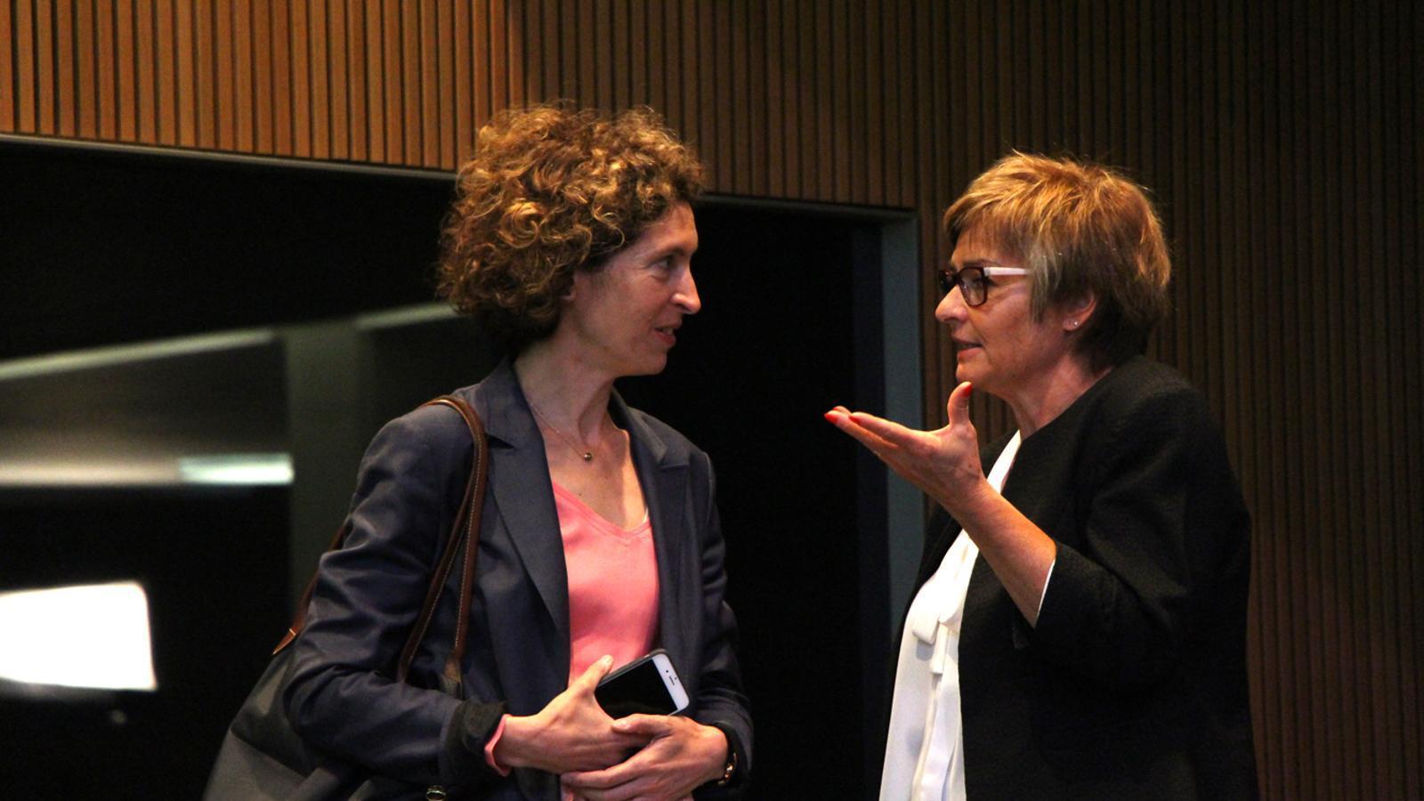 La ministra Maria Ubach conversa amb la consellera Meritxell Palmitjavila. / M. M. (ANA)