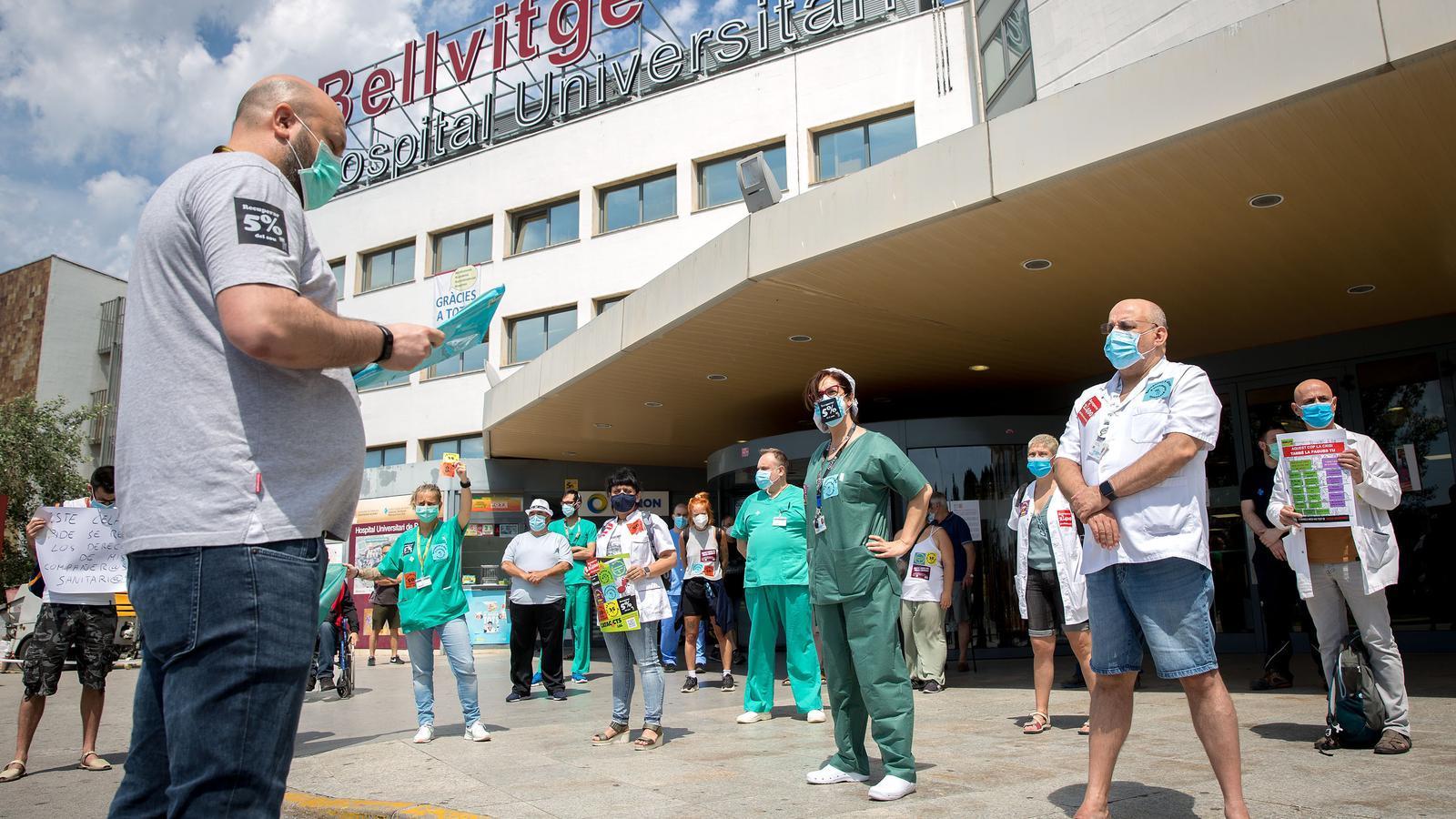 Professionals sanitaris llegeixen un manifest per reivindicar els seus drets a l'Hospital de Bellvitge.