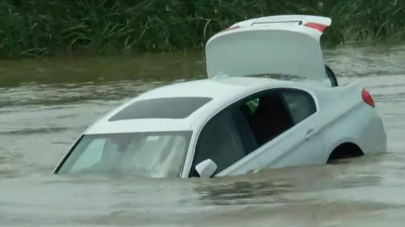 Li regalen un BMW i el llença a un riu perquè volia un altre cotxe