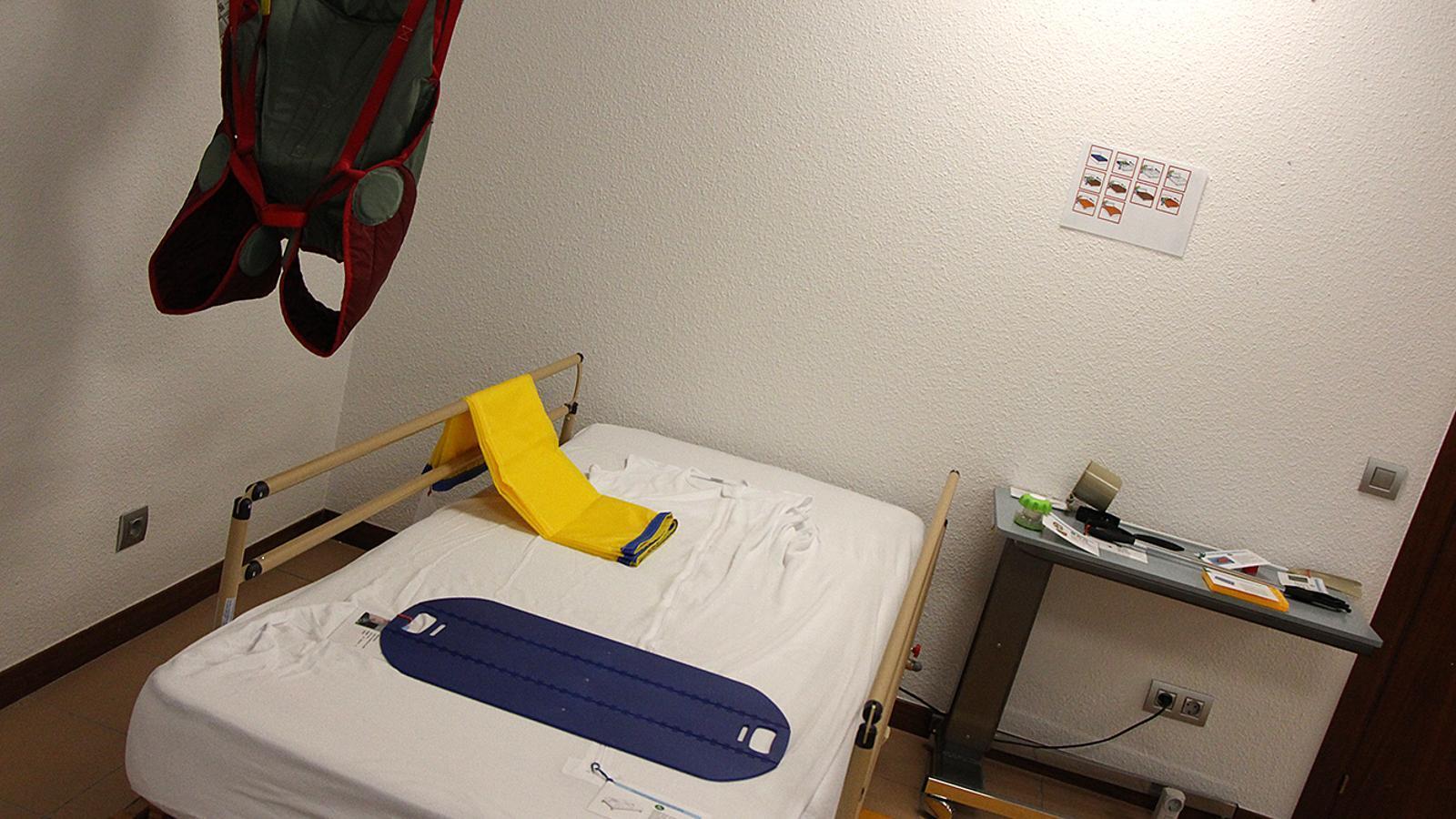 El llit i la grua instal·lats al pis mostra del Servei d'Assessorament i Subministrament de Productes de Suport./ M. M. (ANA)