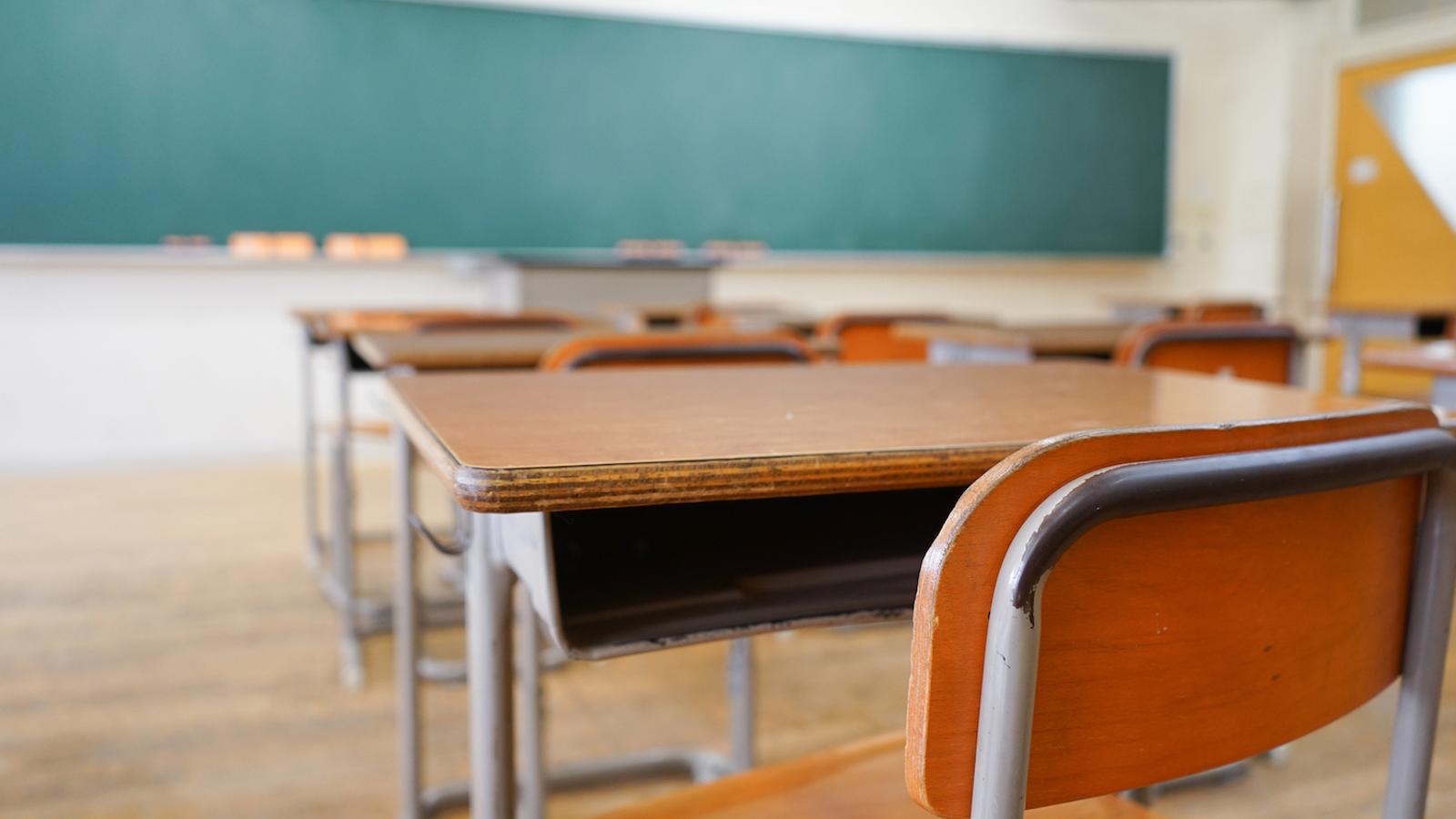 Una aula amb pupitres
