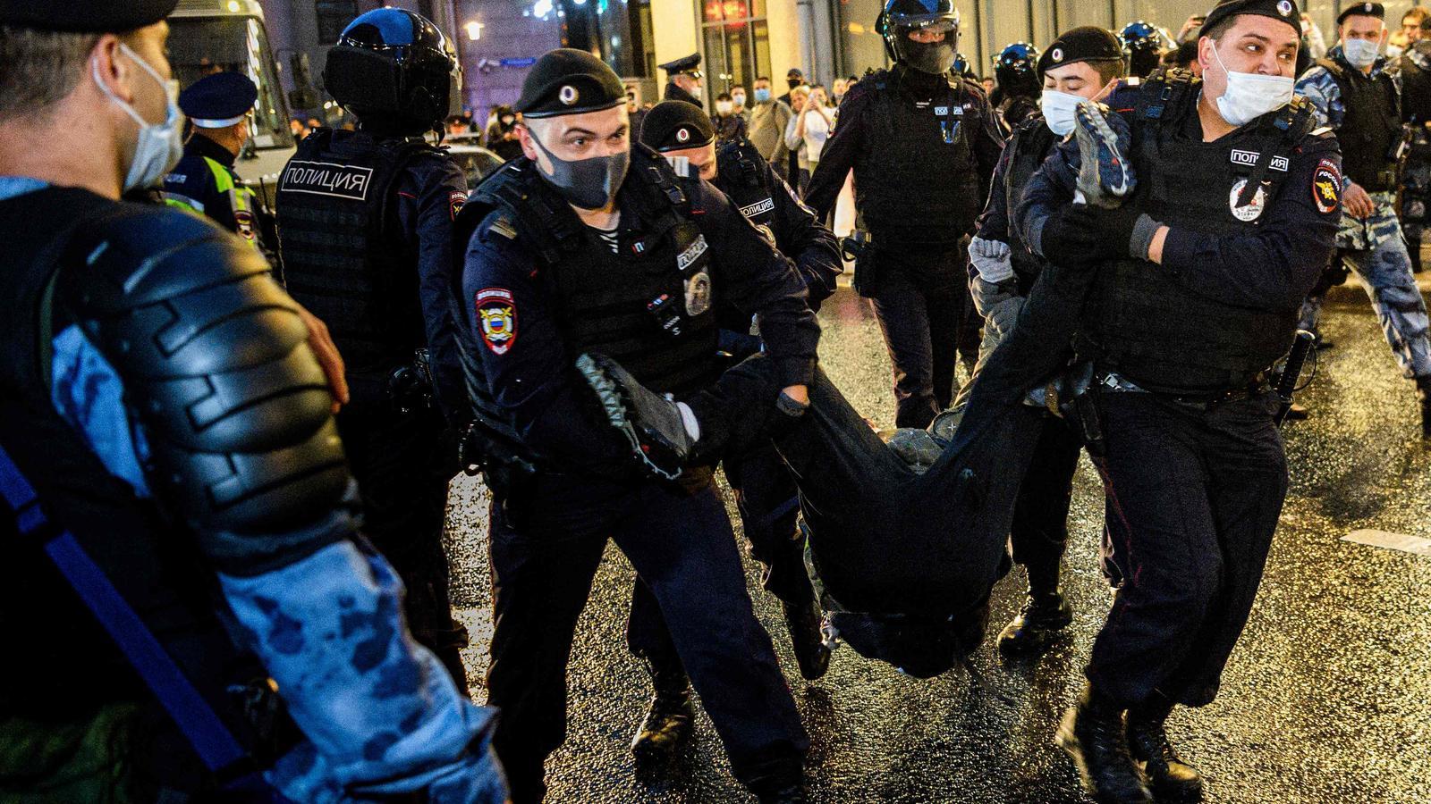 Detenció d'un jove que participava en la manifestació convocada a Moscou contra la reforma constitucional de Putin
