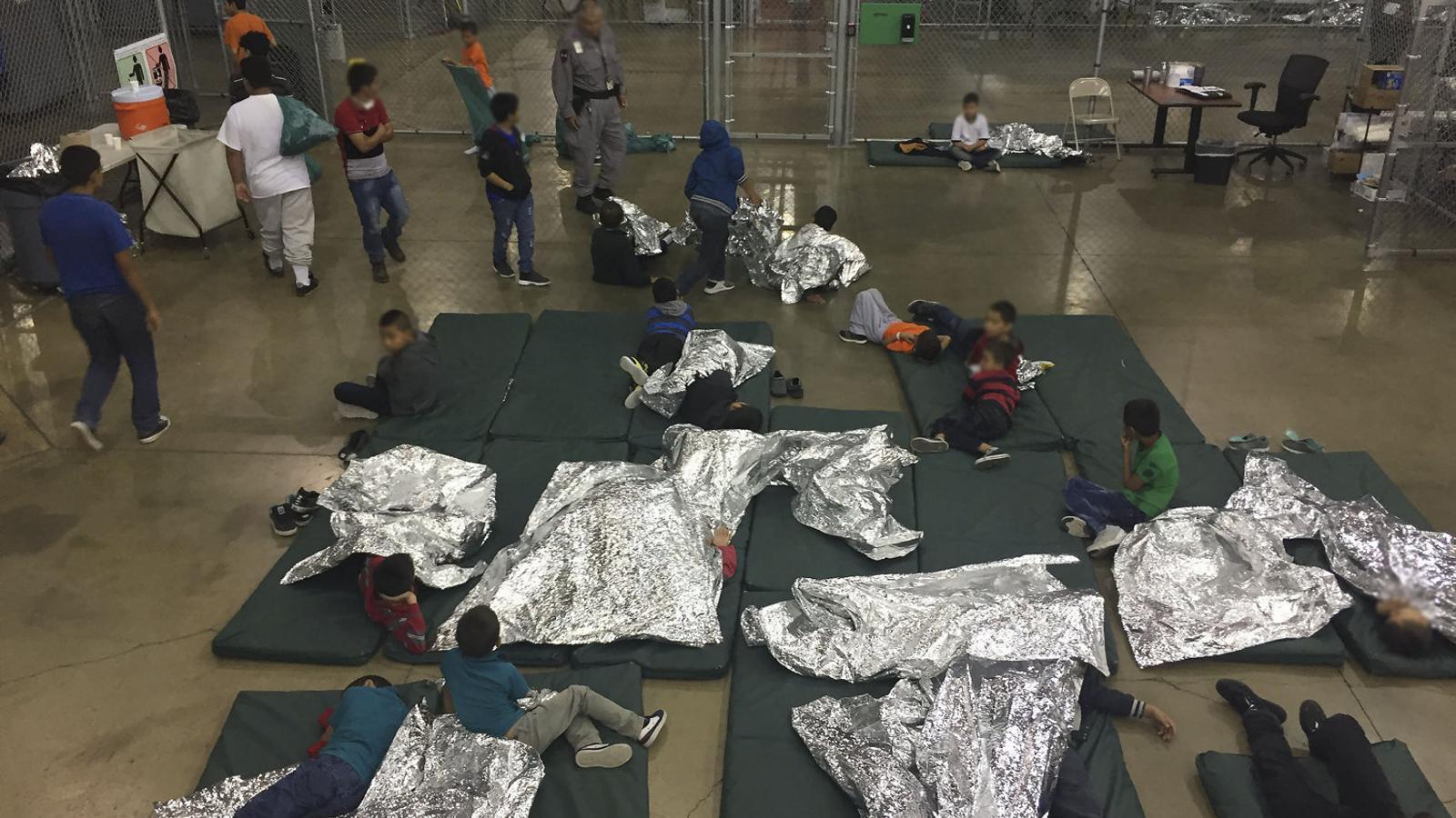 Al centre de detenció de McAllen, a Texas, els nens separats dels pares dormen  a terra.