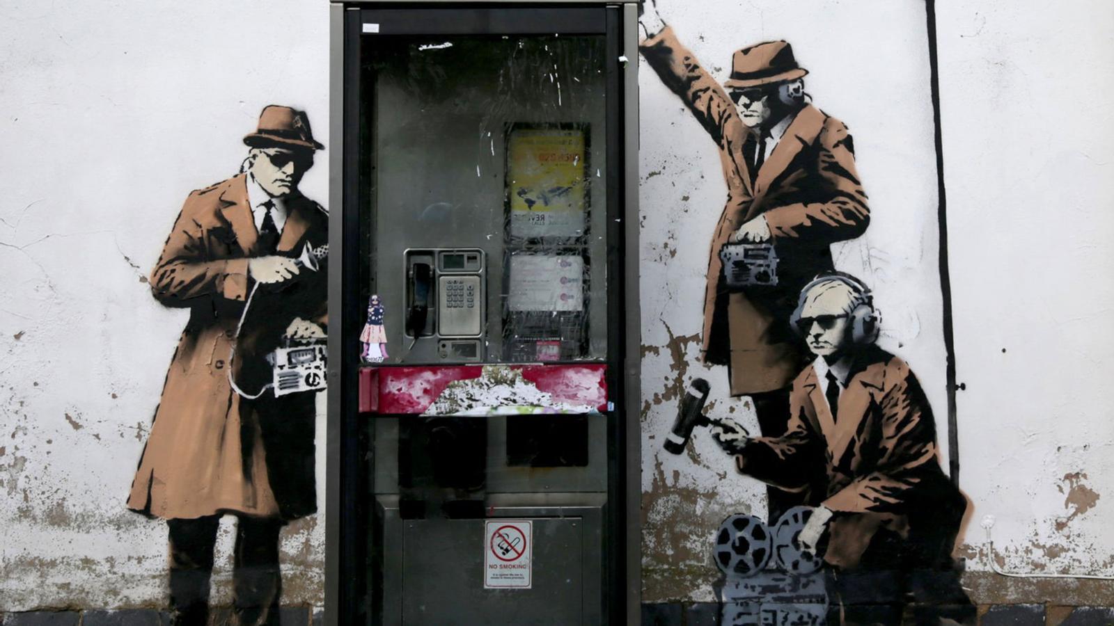 El mural de Cheltenham (Regne Unit), representa l'espionatge a través de la línia de telèfon i és una obra de Bansky