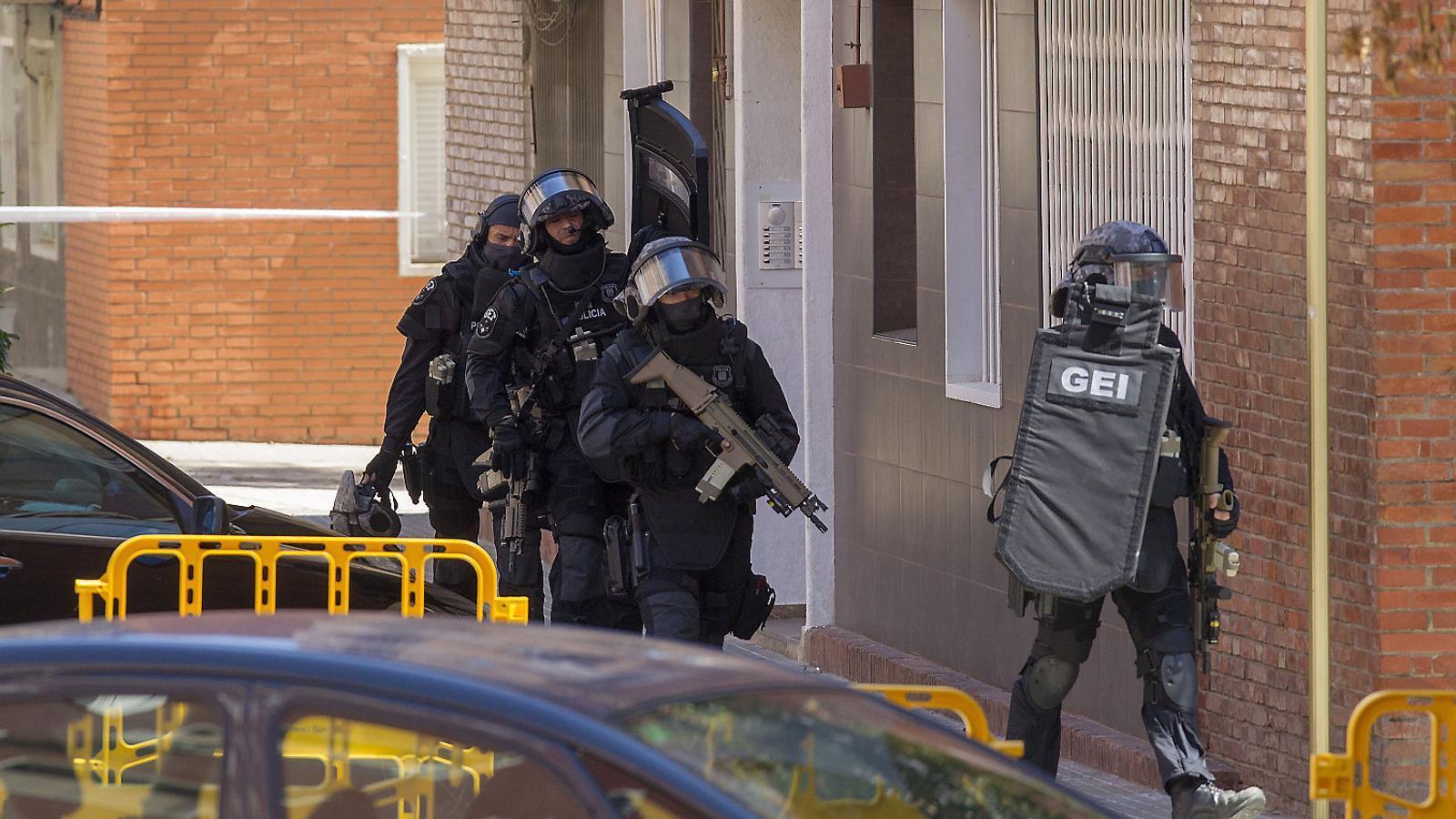 """Els Mossos insisteixen a parlar d'""""atac terrorista aïllat"""" mentre investiguen les motivacions de l'home abatut"""