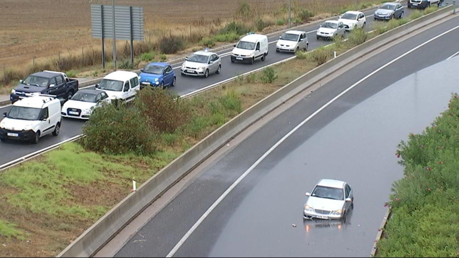 Un tros de l'autopista Palma-Andratx tallat per inundacions