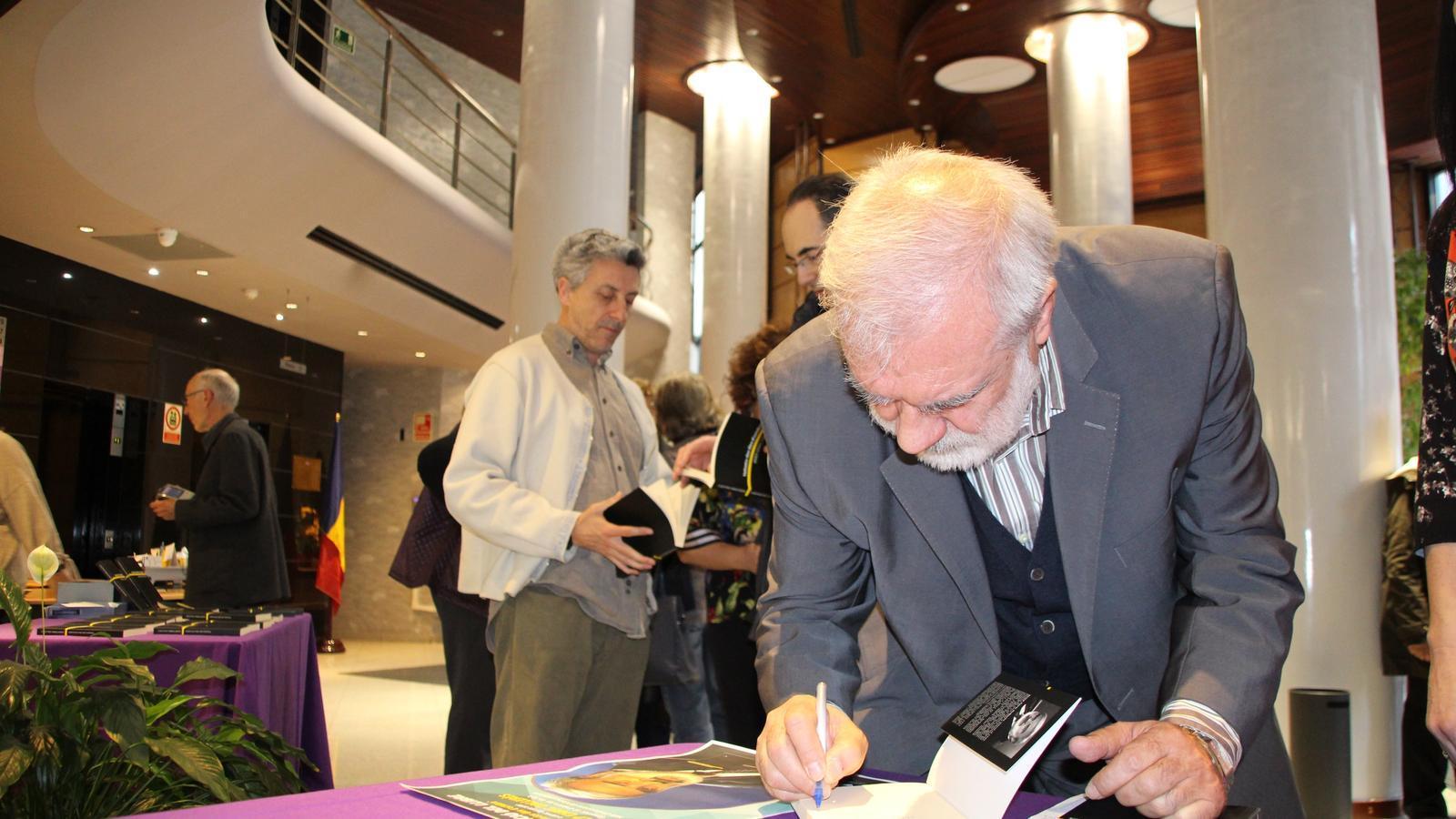 L'escriptor Josep Enric Dallerès firma un exemplar del seu poemari. / E. J. M. (ANA)