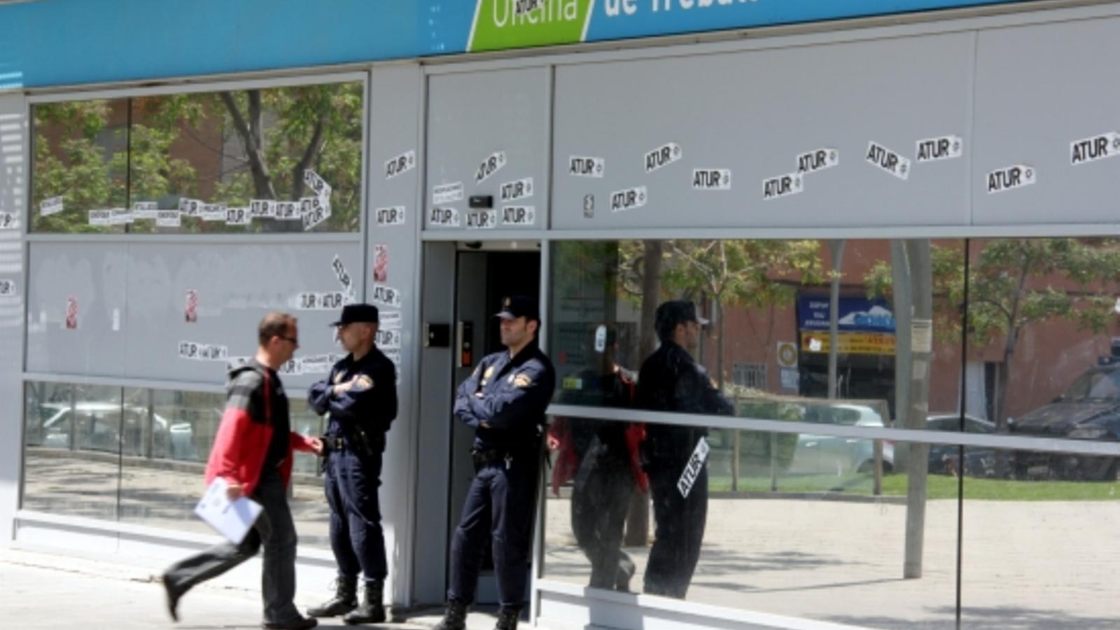 Uns 30 detinguts a catalunya en una operaci contra una for Oficina de treball barcelona