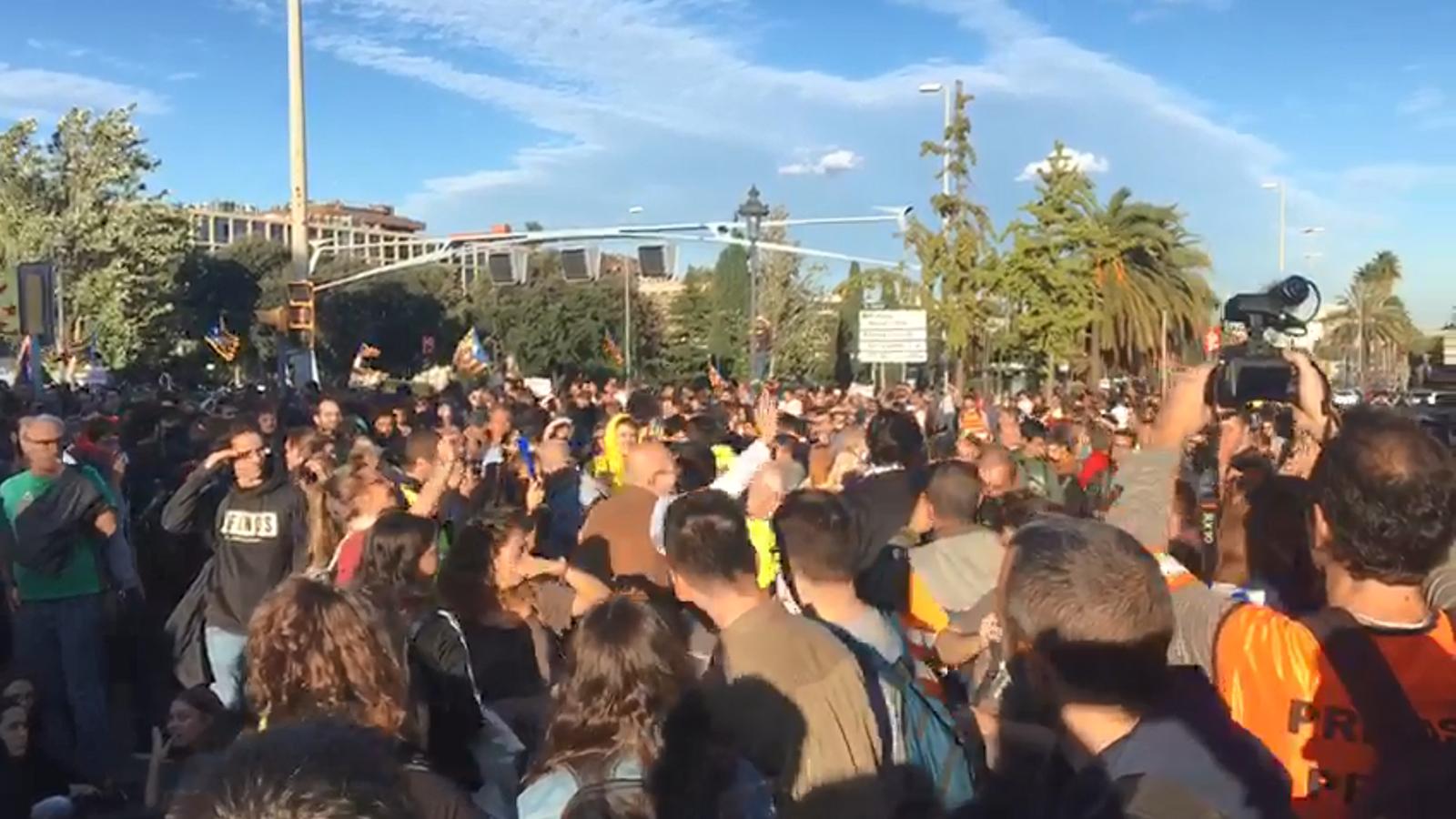 Els manifestants escridassen les persones que intenten accedir al Palau de Congressos i els bloquegen l'entrada per la Diagonal. Han de girar cua i accedir per l'entrada de l'hotel